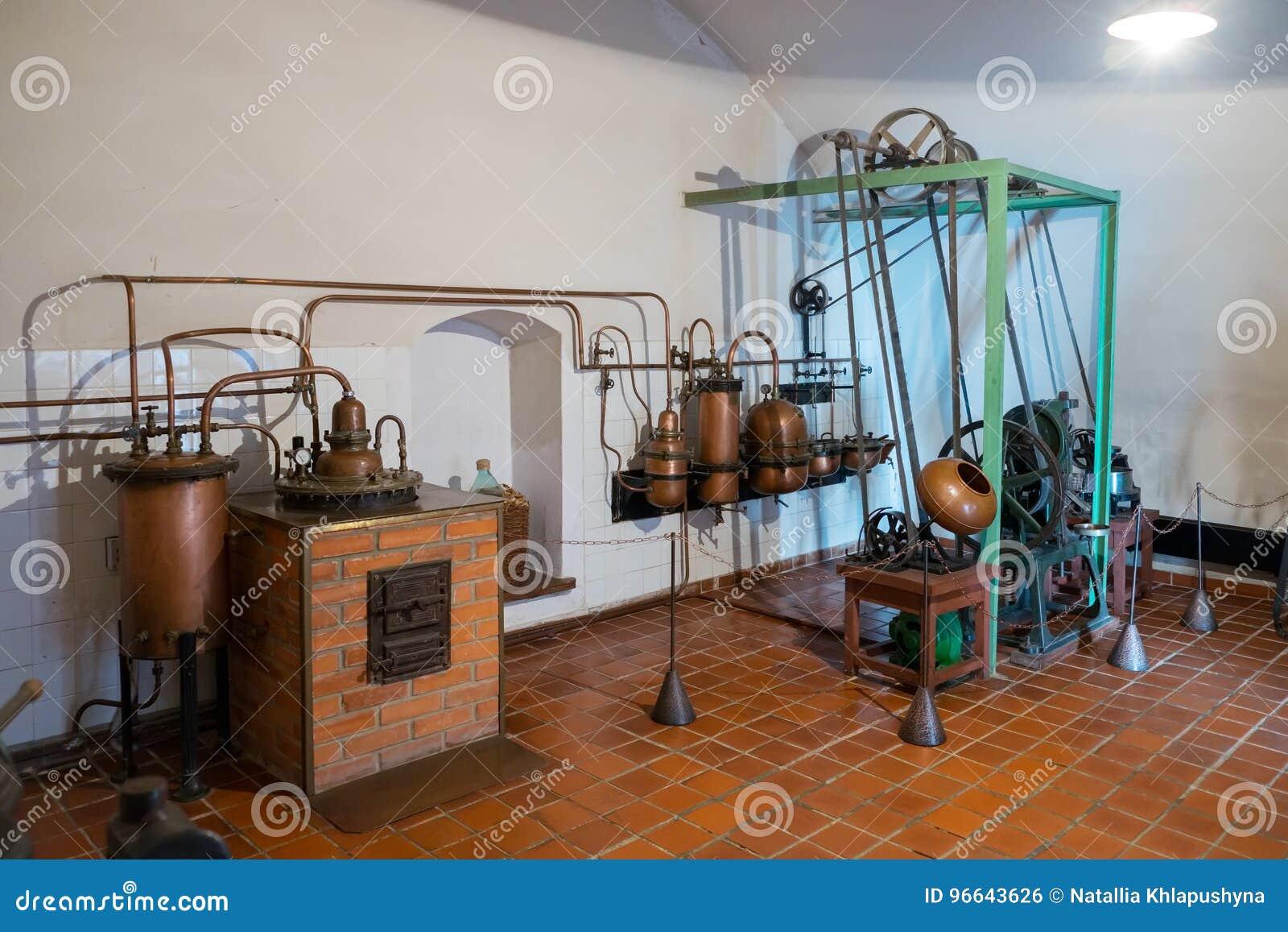 Kaunas Lithuania, Maj, - 12, 2017: antykwarska farmaceutyczna pastylki maszyna wśrodku muzeum historia medycyna i apteka