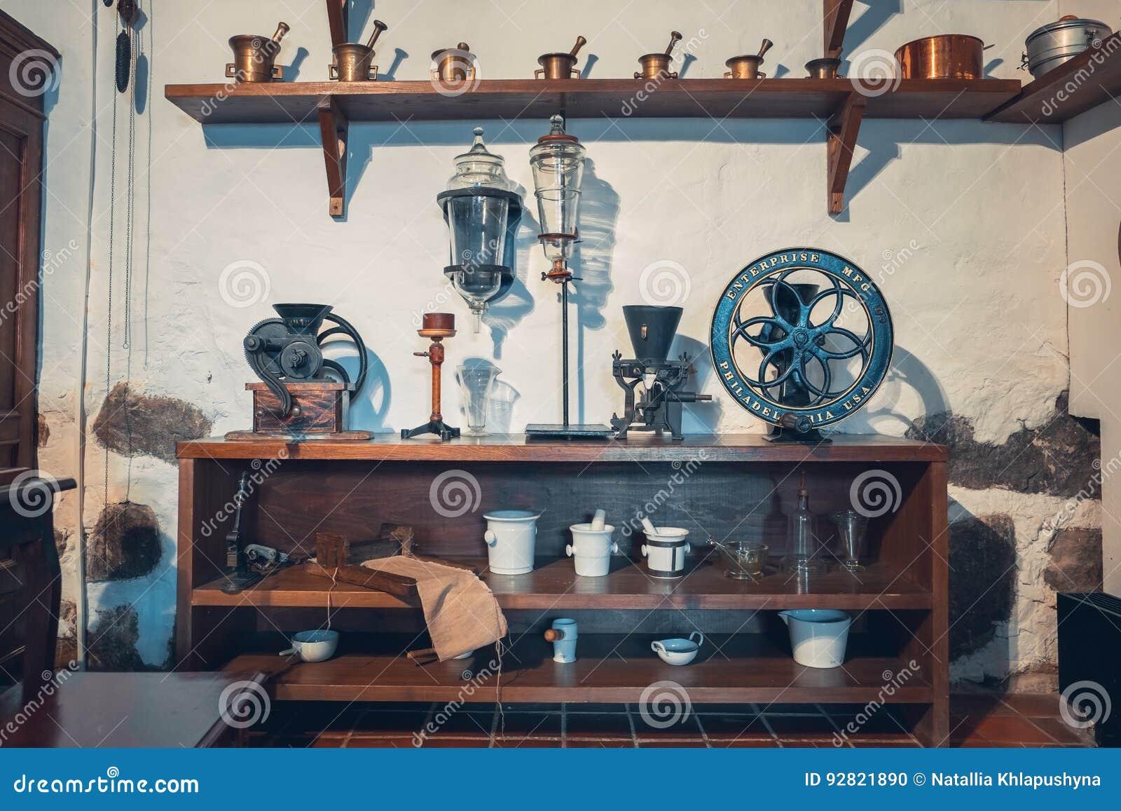 Kaunas Lithuania, Maj, - 12, 2017: apothecary wyposażenie w muzeum medycyna