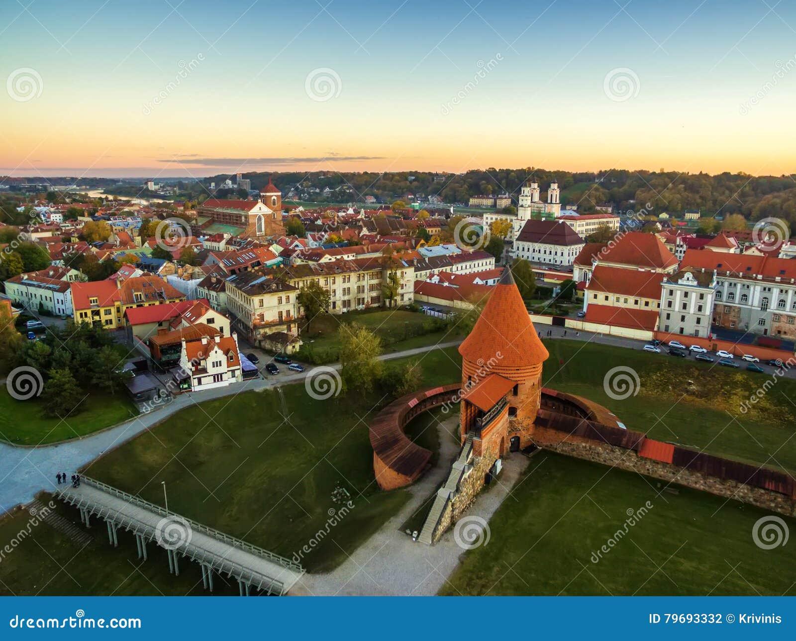 Kaunas, Lithuania: powietrzny odgórny widok stary miasteczko i kasztel