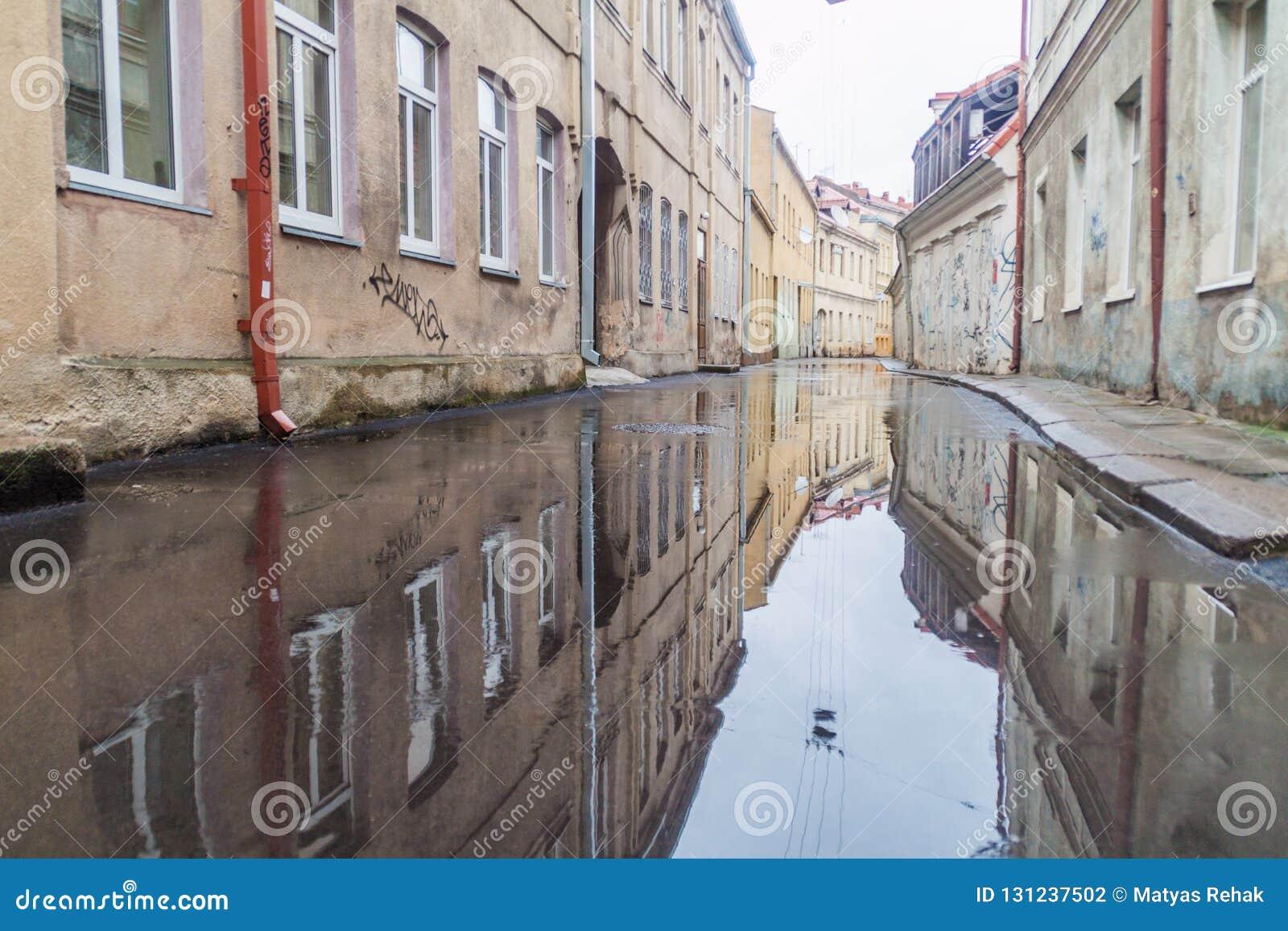 KAUNAS LITHUANIA, SIERPIEŃ, - 16, 2016: Ulica zalewał po tym jak deszcz w centrum Kaunas, Lithuani