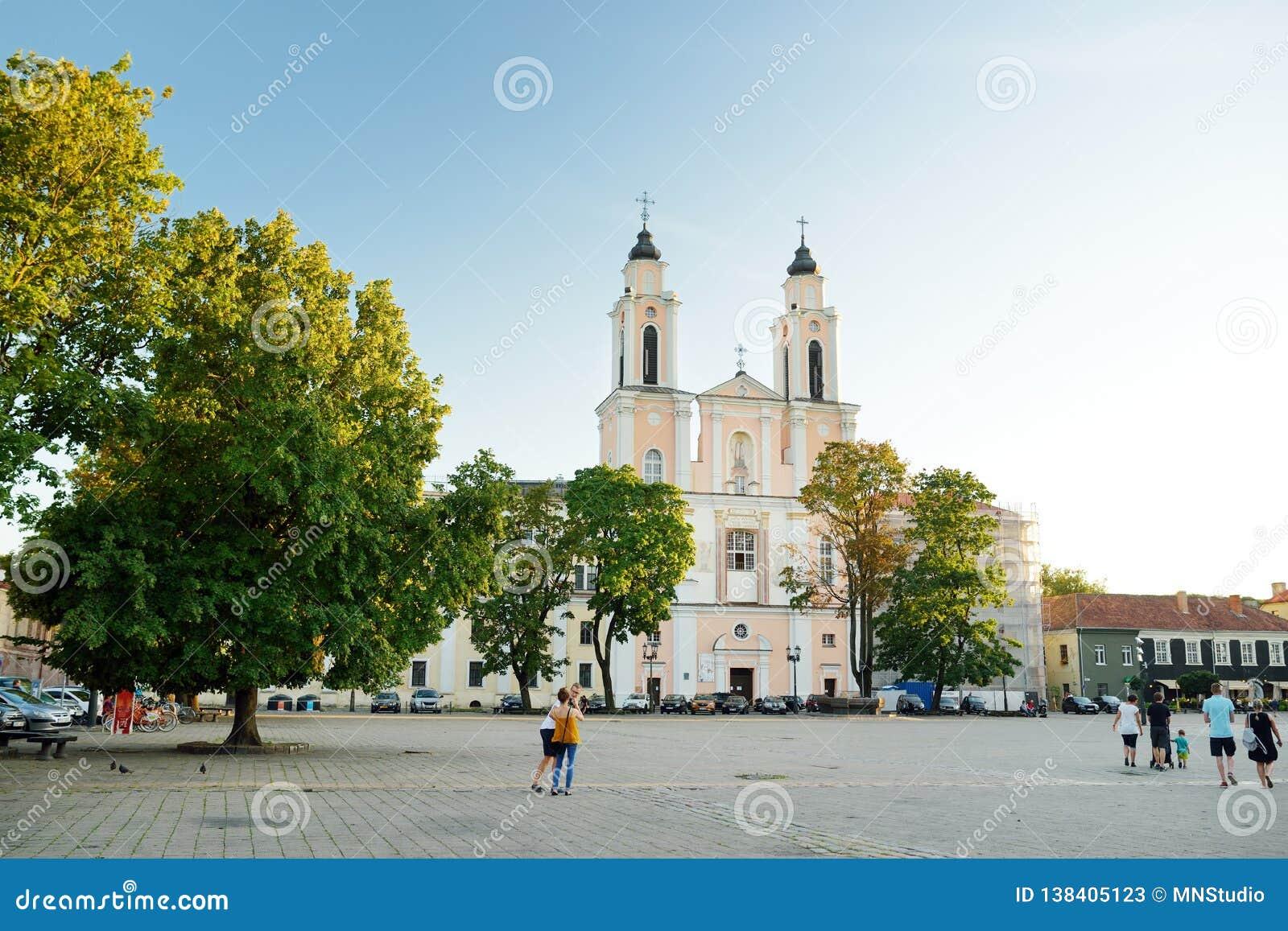KAUNAS LITHUANIA, SIERPIEŃ, - 3, 2018: Urząd Miasta kwadrat w sercu Starego miasteczka, Kaunas, Lithuania