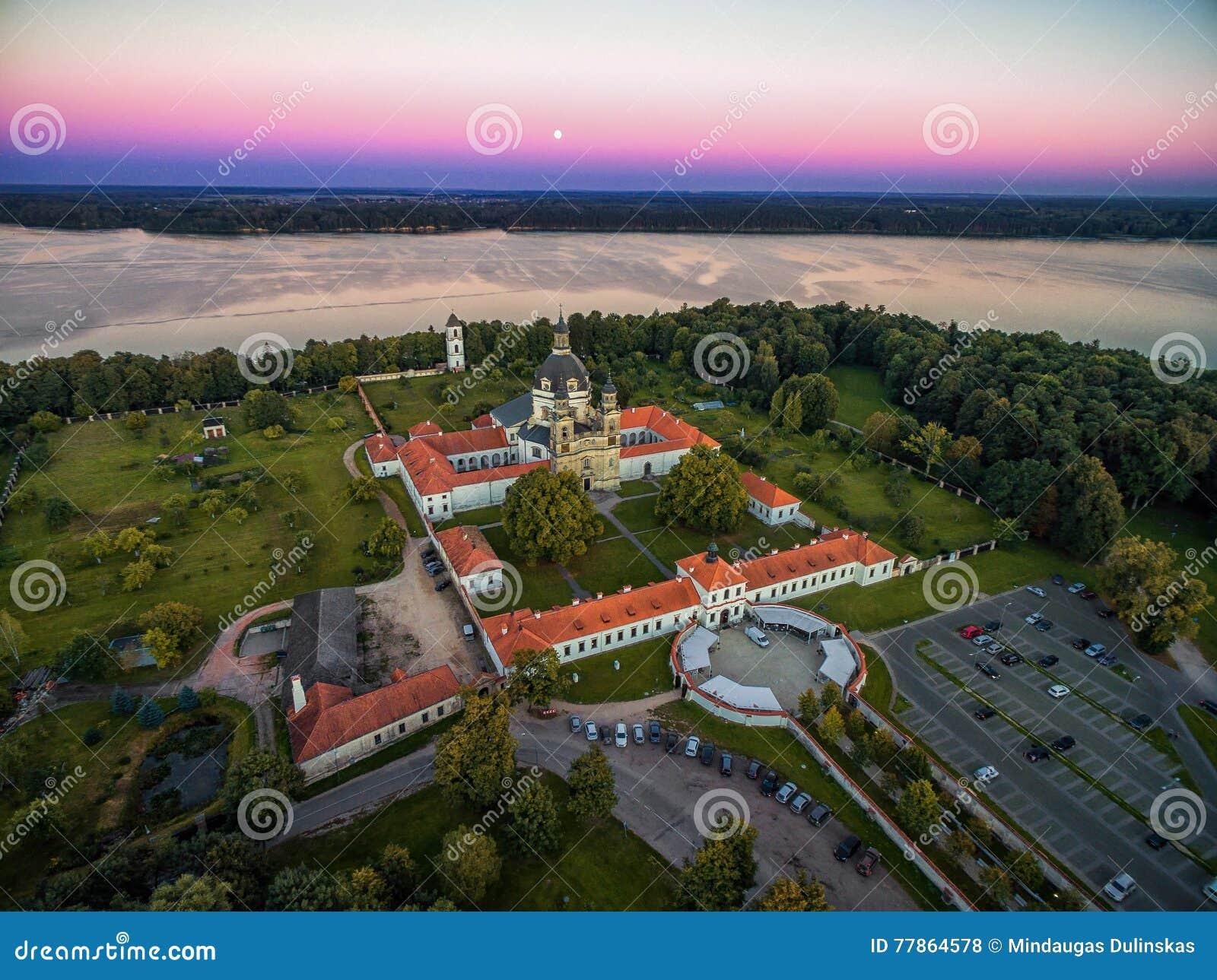 KAUNAS LITHUANIA, WRZESIEŃ, - 15, 2016: Pazaislis monaster w Kaunas, Lithuania Zmierzchu niebo i Kaunas rezerwuar w tle
