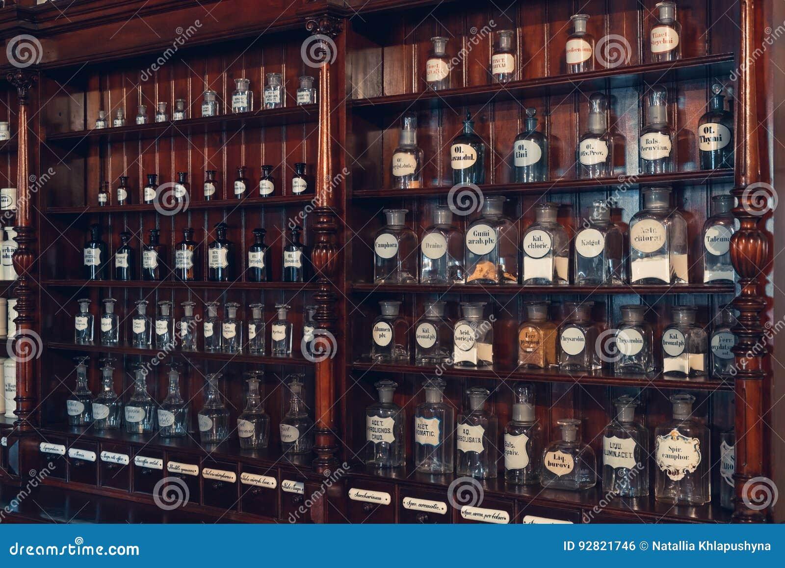 Kaunas, Litouwen - Mei 12, 2017: kabinet van drugs in Museum van Geneeskunde