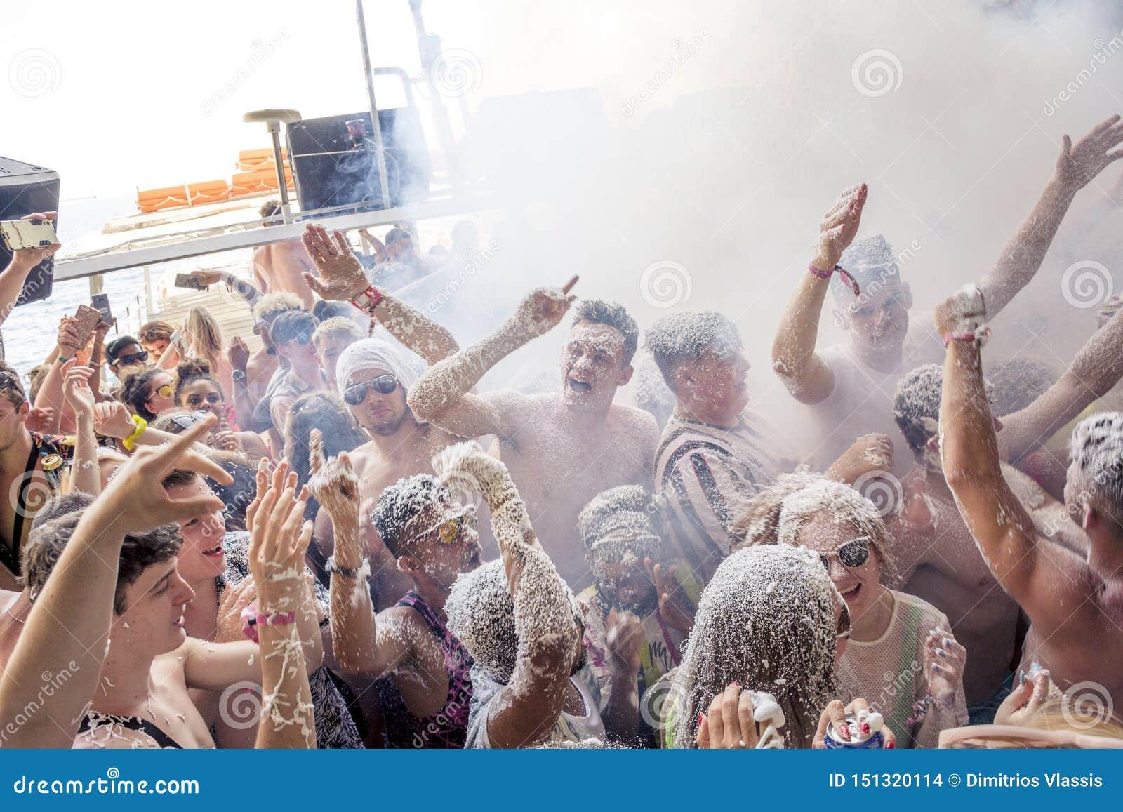 KAVOS, CORFU/GREECE- 22 GIUGNO 2019: Giovani creatori britannici di festa che fanno festa su uno dei molti, cosiddetto, crociera