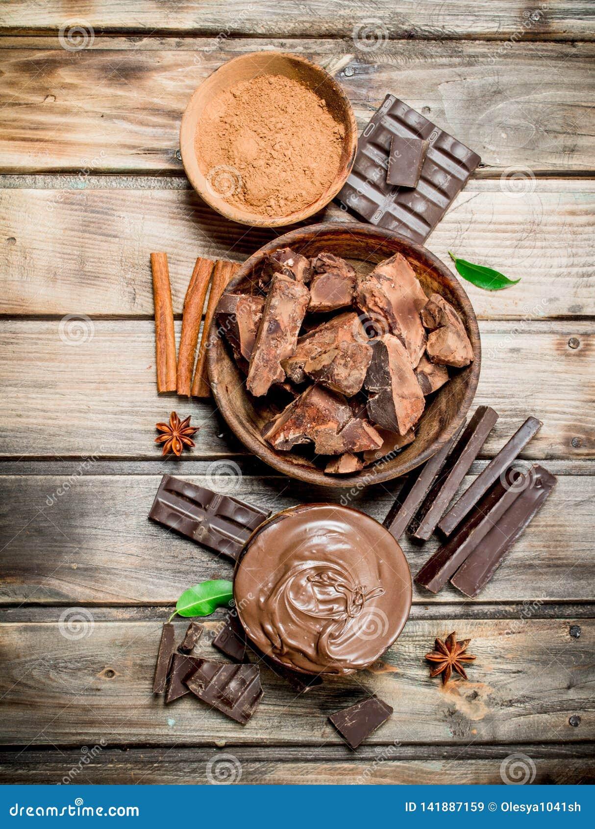 Kawały zdruzgotana czekolada z czekoladowym pasty i ziemi kakao