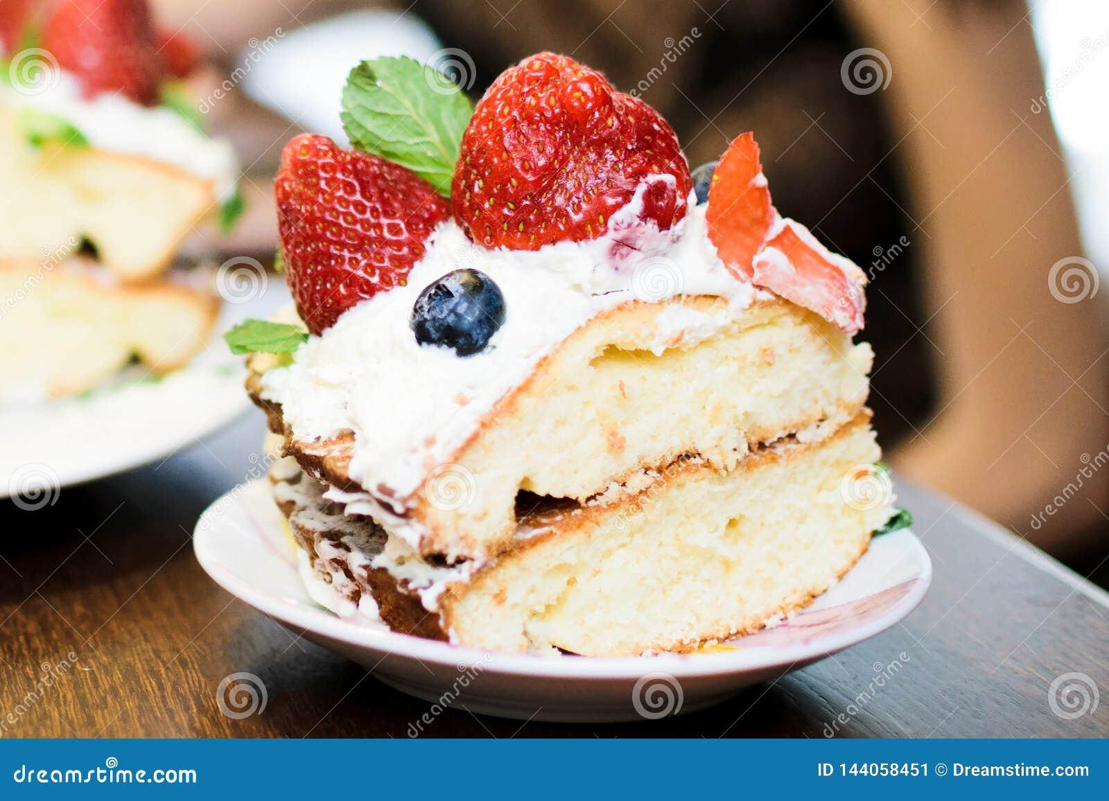Kawałek tort z truskawkami w śmietance