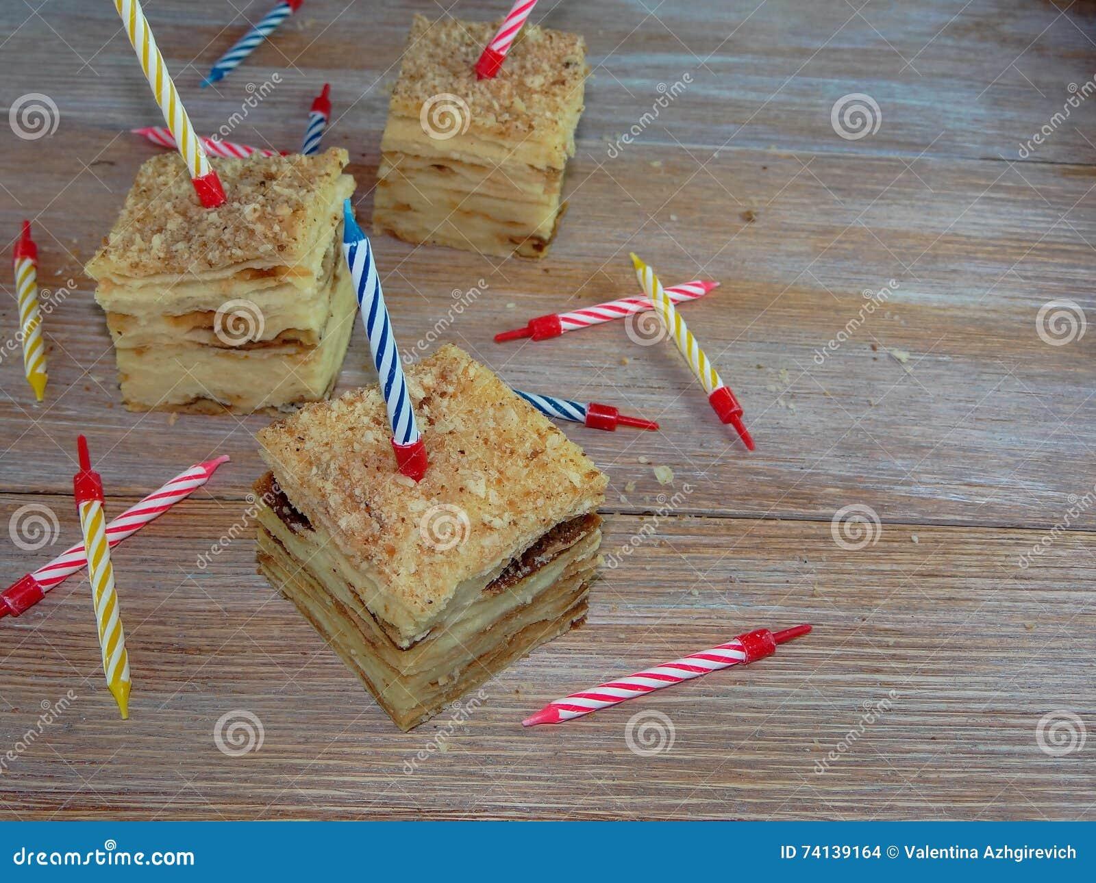 Kawałek urodzinowy tort z świeczkami
