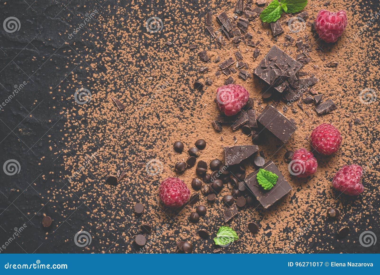 Kawałki ciemna czekolada, proszek, krople i malinki, Karmowy deserowy tło