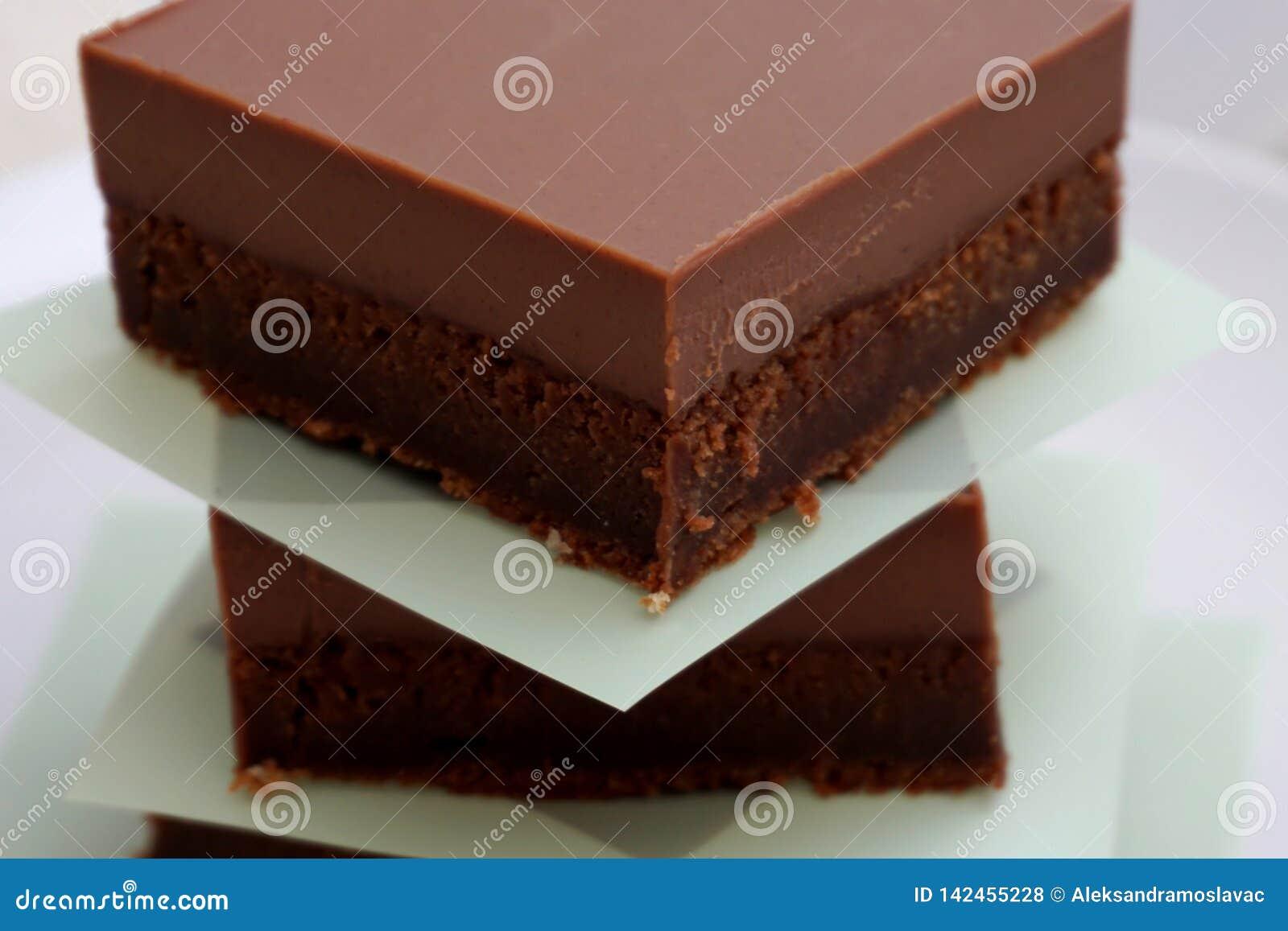 Kawałki domowej roboty zdrowi torty kakao z bogactwem, śmietankowy glazerunek dojnej czekolady gluten uwalniają