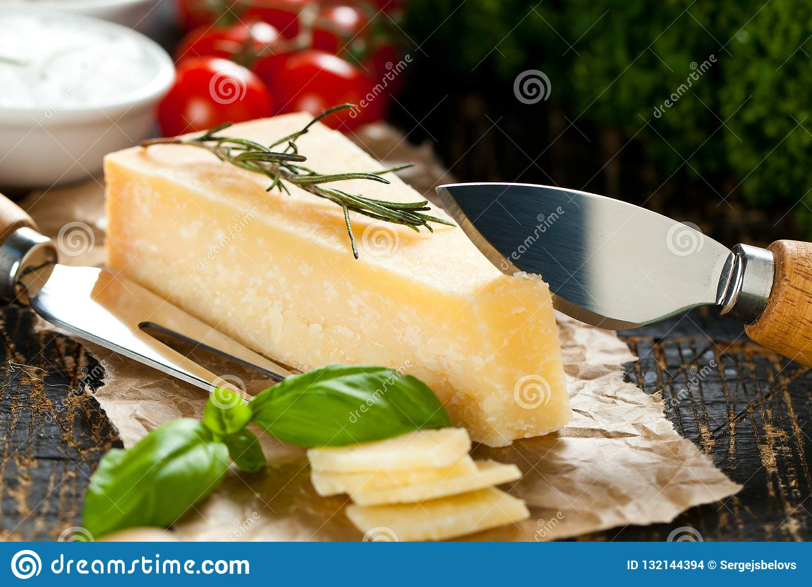 Kawałki parmigiano reggiano lub parmesan ser na drewno desce