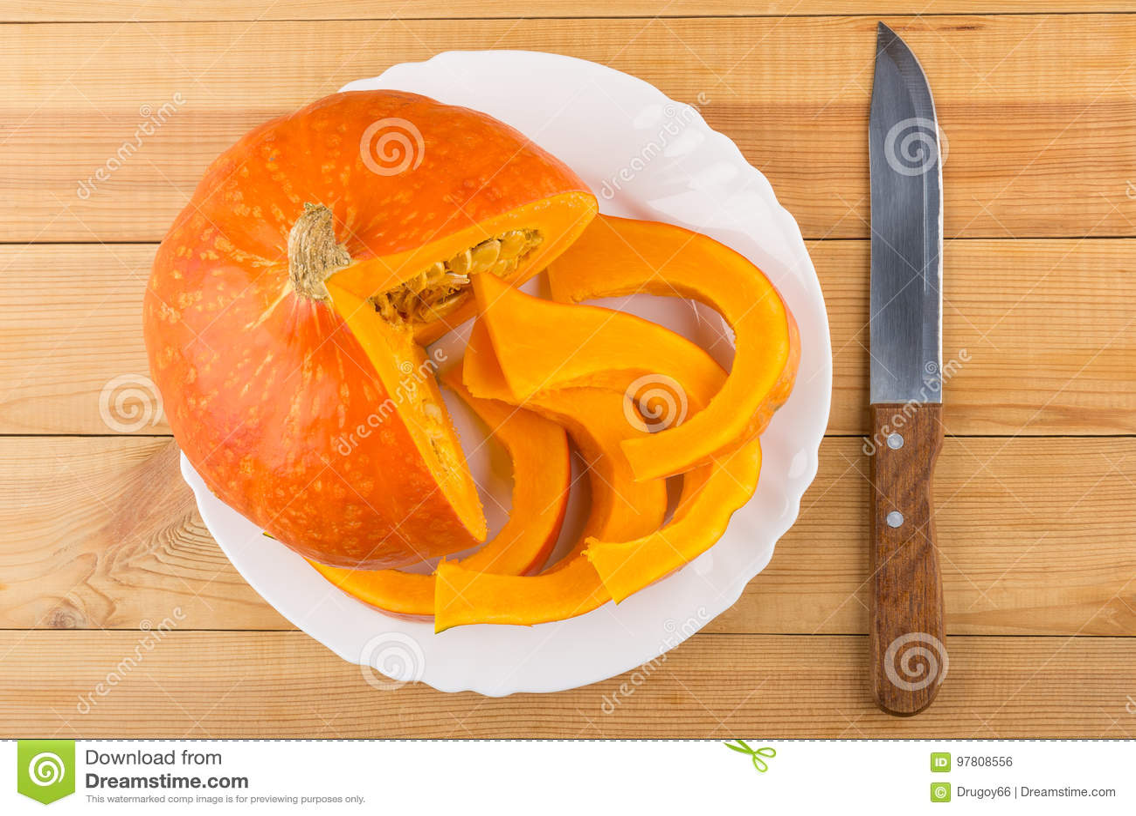 Kawałki rżnięta dojrzała bania w bielu nożu i talerzu