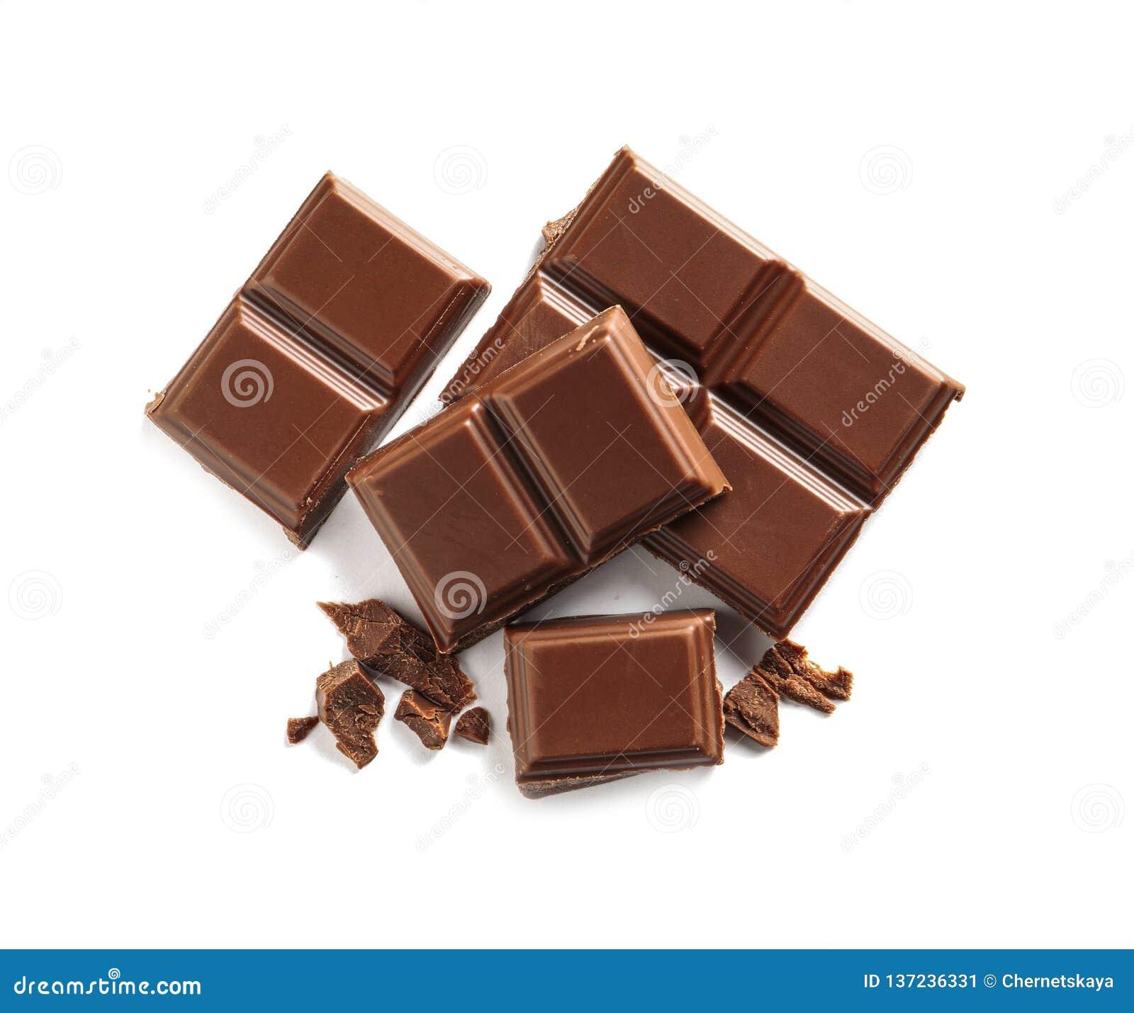 Kawałki smakowita dojna czekolada na białym tle
