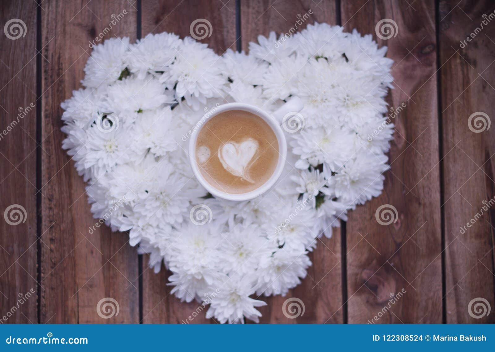 Kawa espresso w kolorach z sercem na drewnianym tle