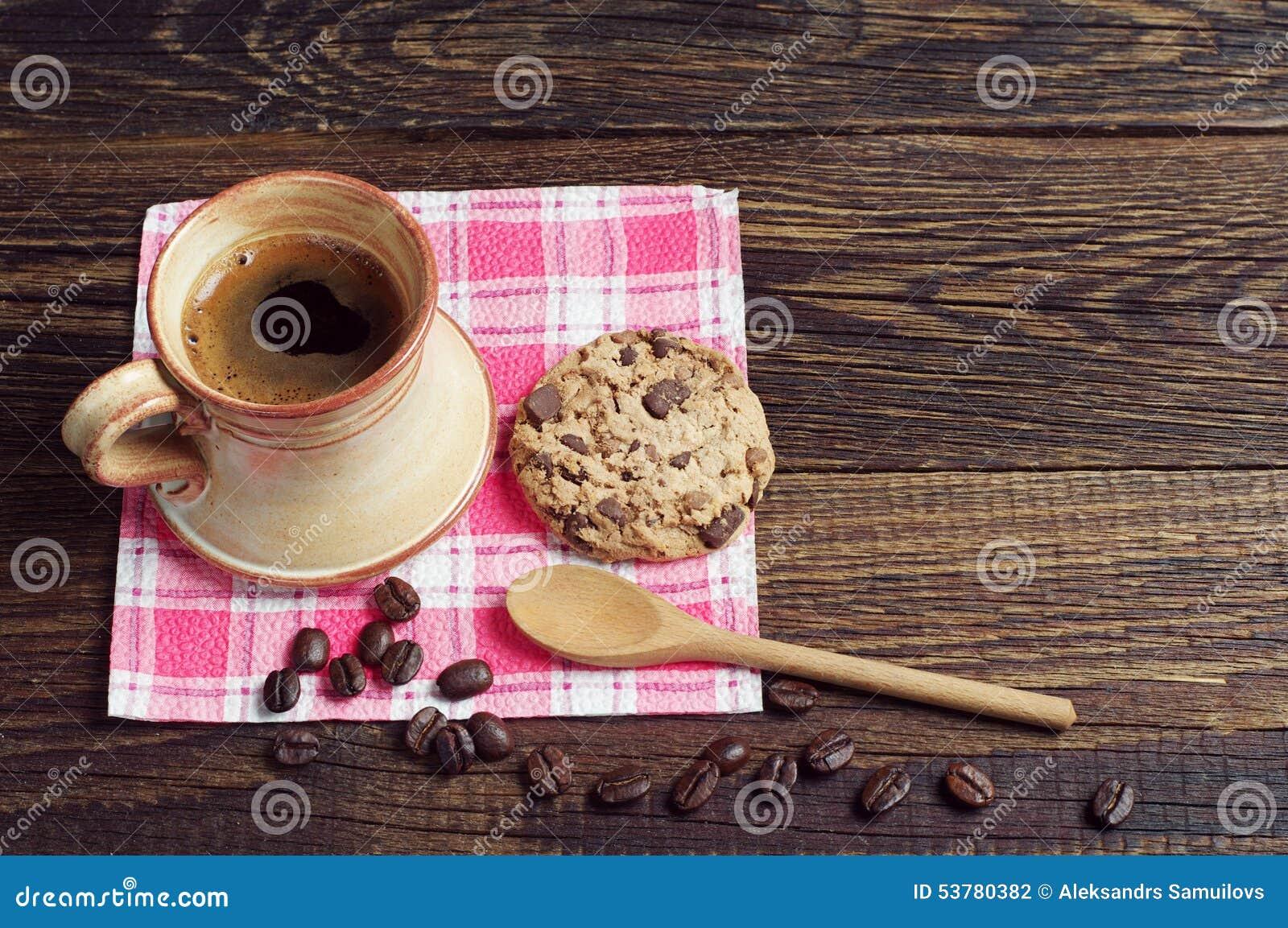 Kawa i ciastko z czekoladą
