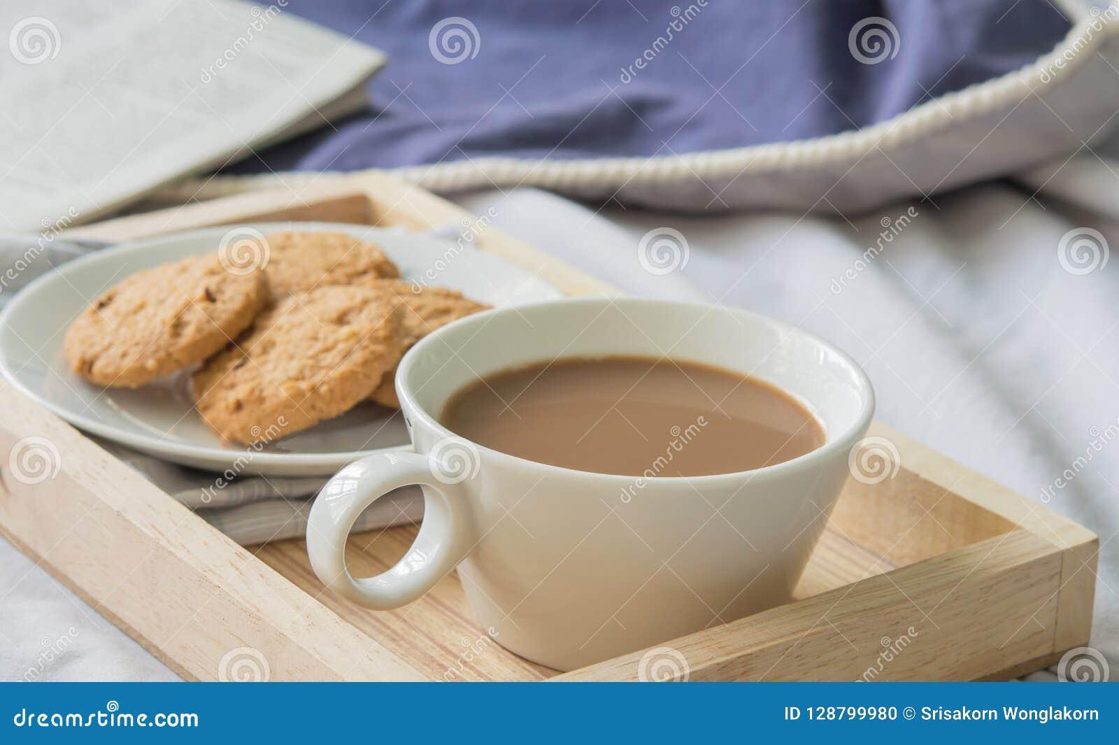 Kawa Na Ranku łóżku Zdjęcie Stock Obraz Złożonej Z Charcica
