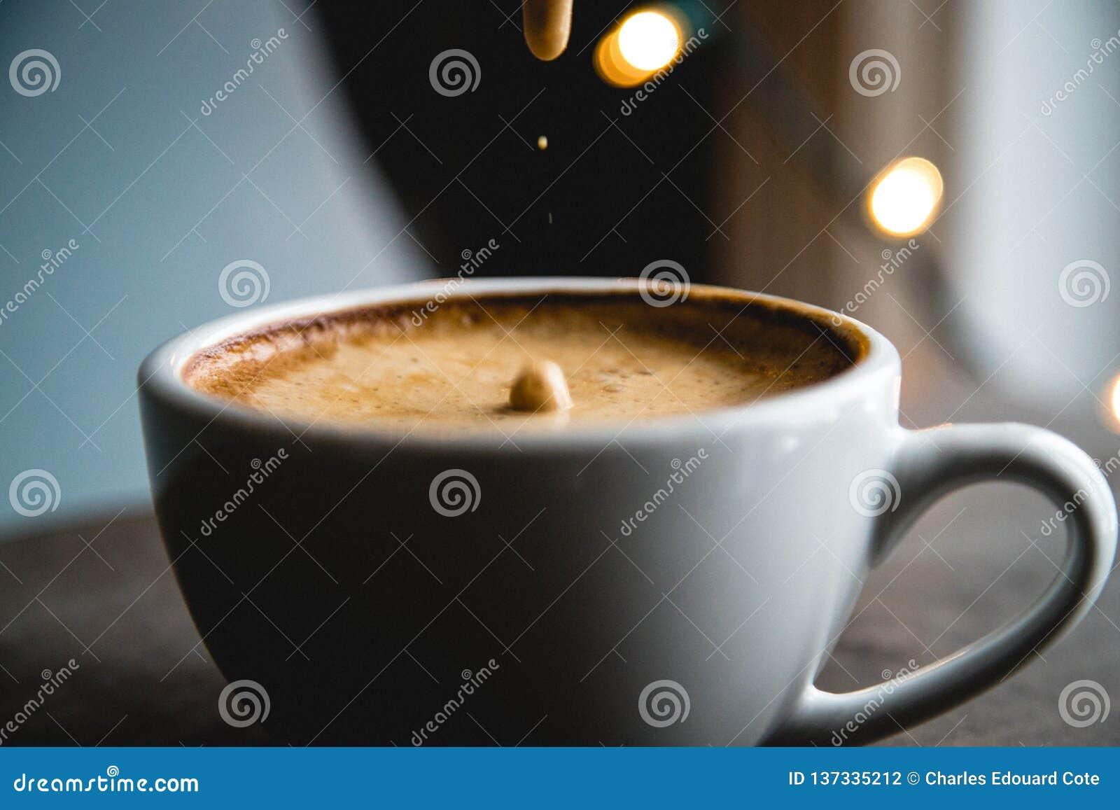 Kawa spienia opadowego zwolnione tempo