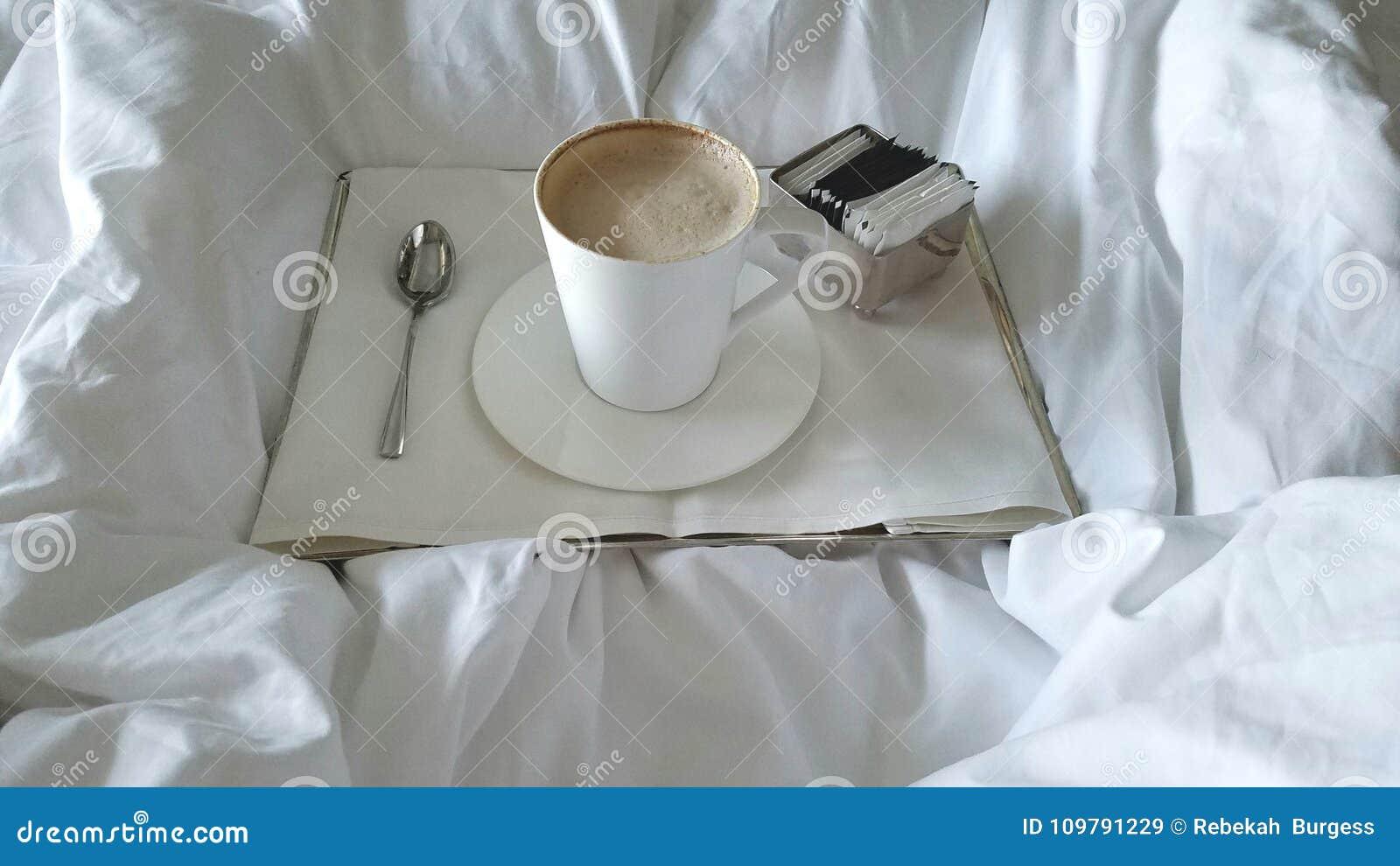 Kawa W łóżku Obraz Stock Obraz Złożonej Z Srebro Taca