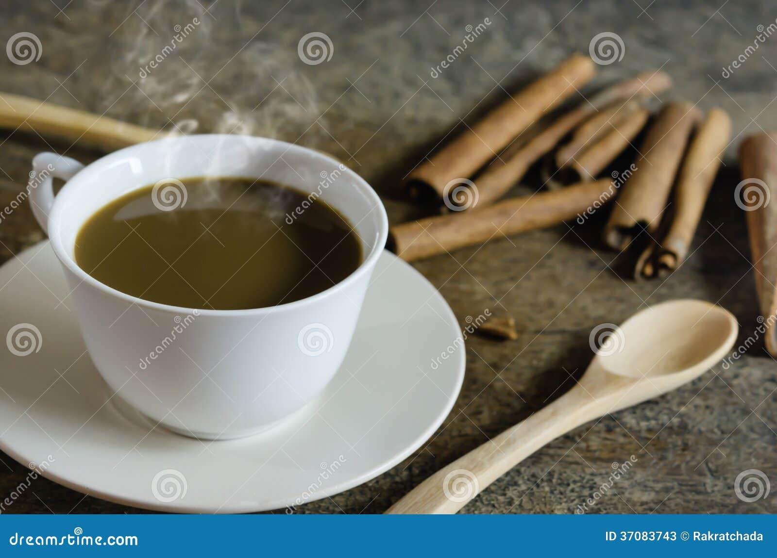 Download Kawa z cynamonowymi kijami obraz stock. Obraz złożonej z filiżanka - 37083743