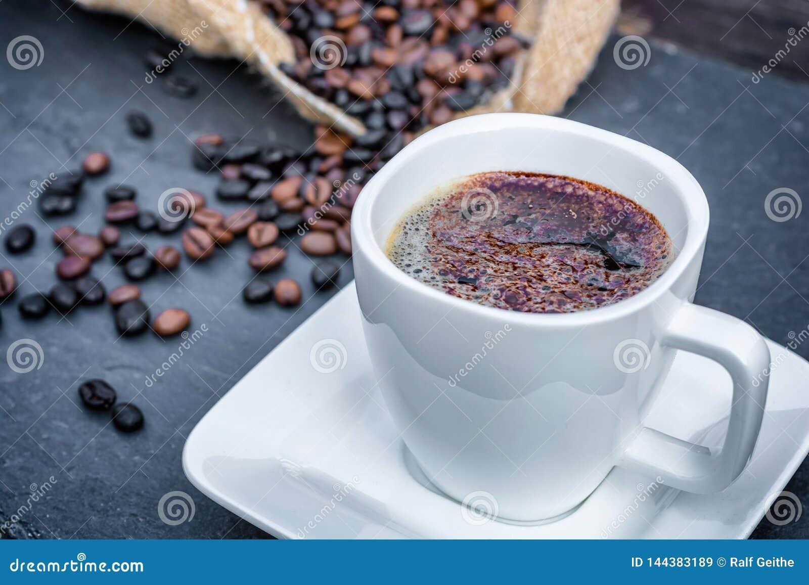 Kawa z kakaowym proszkiem dekorował dla nadziemskiej przyjemności