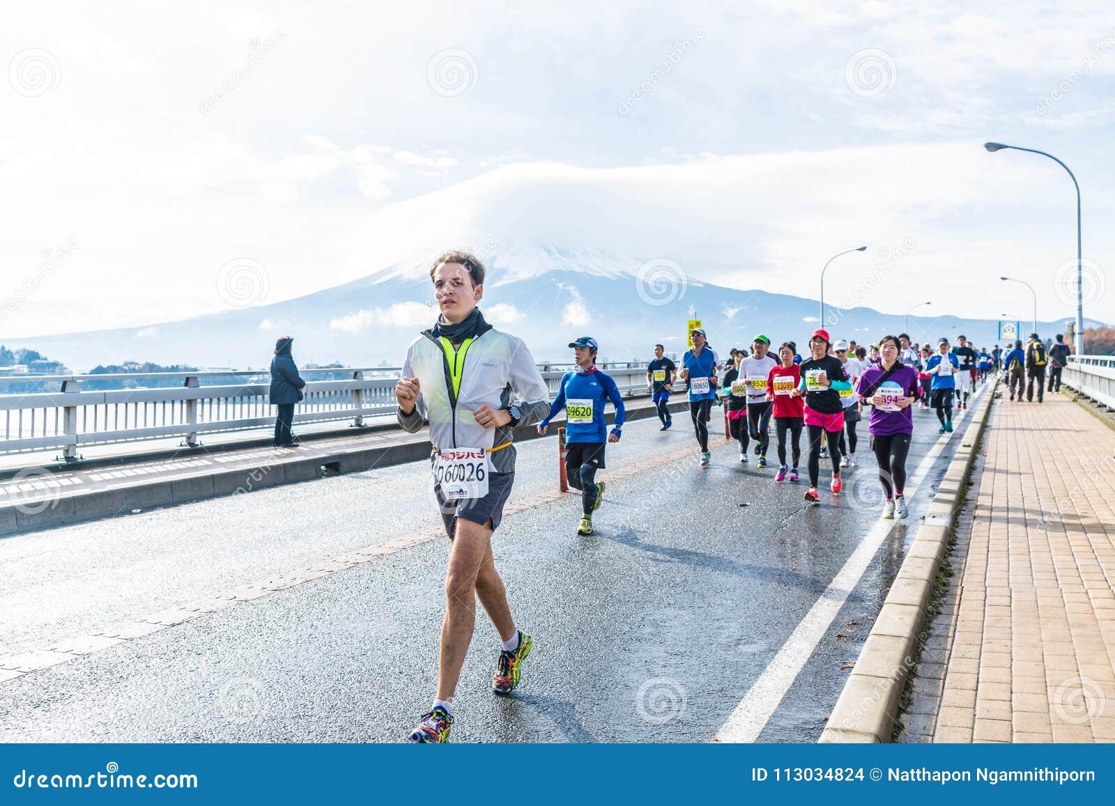 Kawaguchiko, JAPÓN - 27 de noviembre de 2016: Gente que corre en el puente