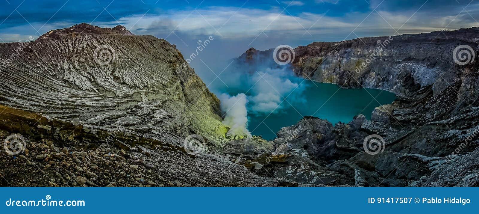 KAWEH IJEN, INDONESIEN: Großartiger Überblick über vulkanischen Kratersee mit rauen Gebirgsklippen, großes Naturkonzept