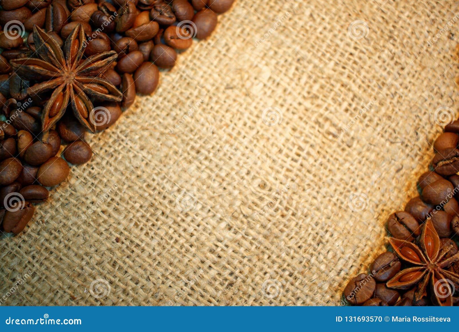 Kawowe fasole i anyż gwiazdy na burlap