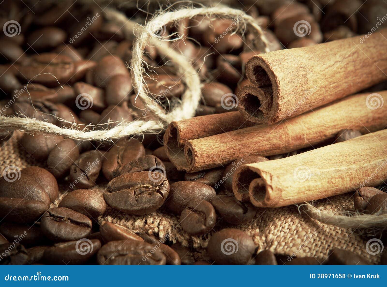 Kawowe fasole i cynamonowi kije
