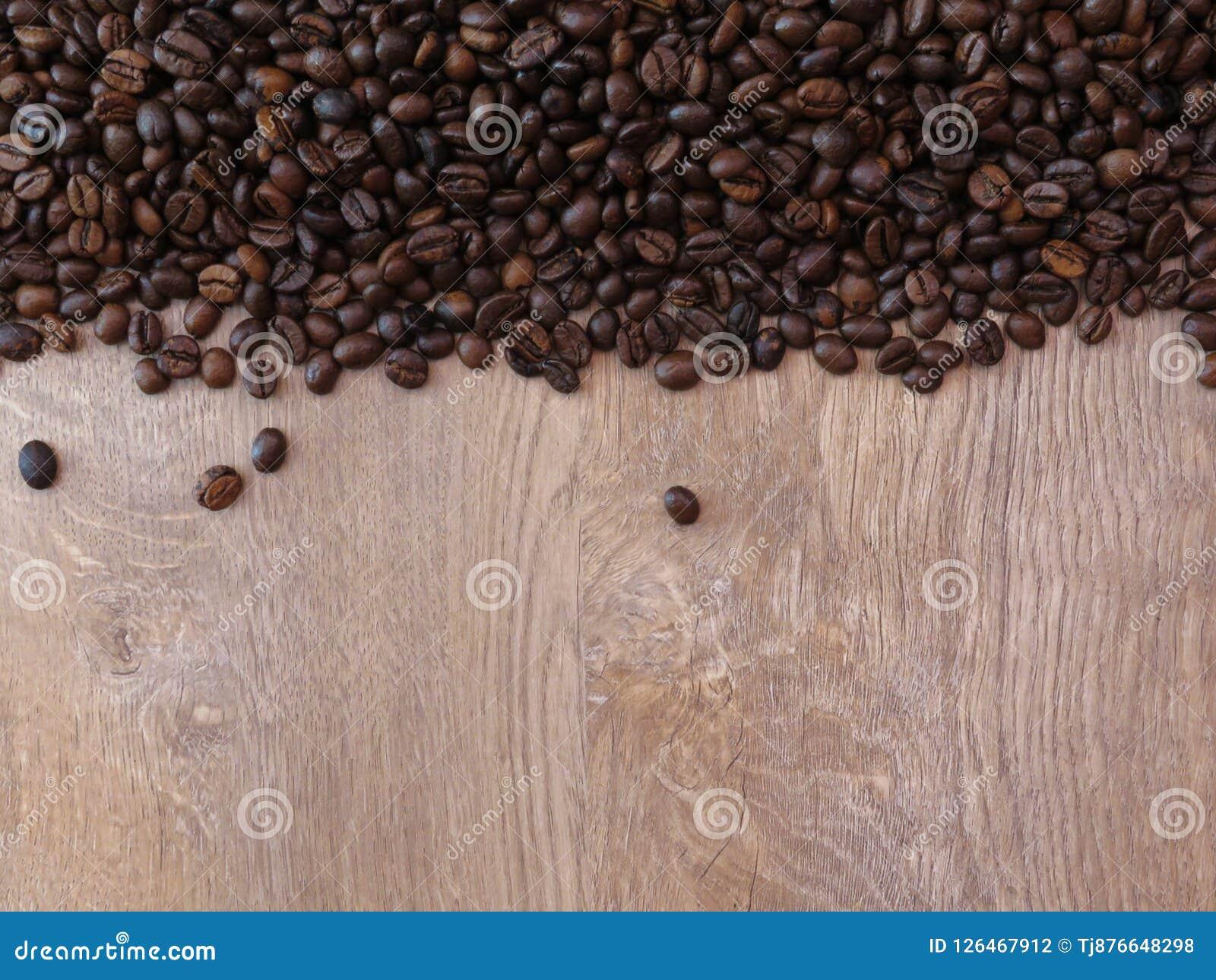 Kawowe fasole na świetnej dębowego drzewa drewnianej teksturze deseniują tło Przestrzeń dla teksta