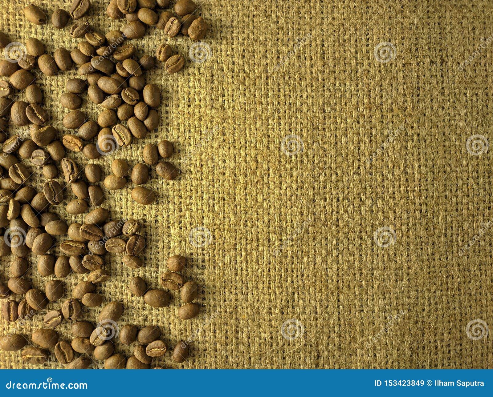 Kawowe fasole na gunny teksturze
