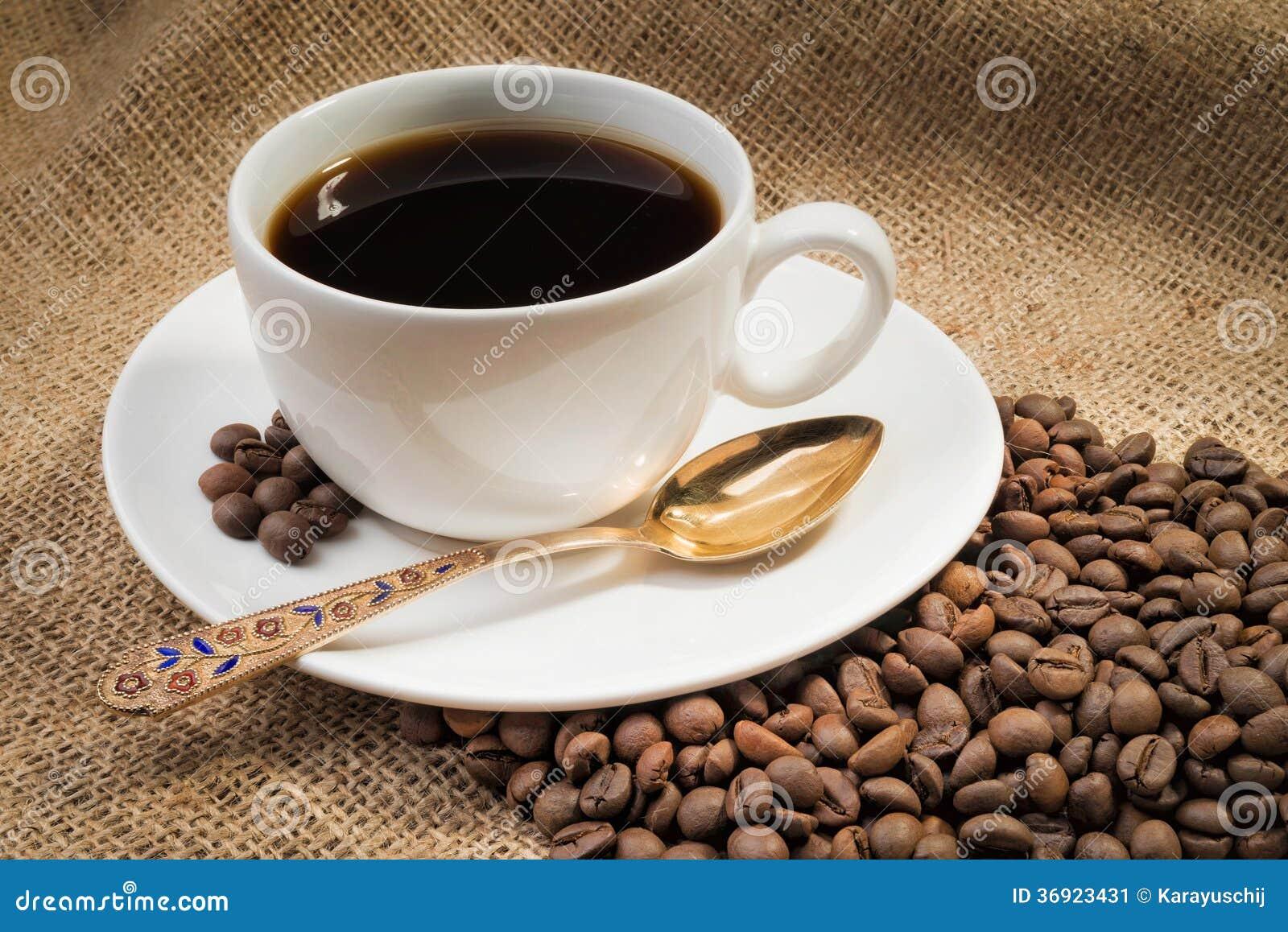 Kawowe fasole z filiżanką