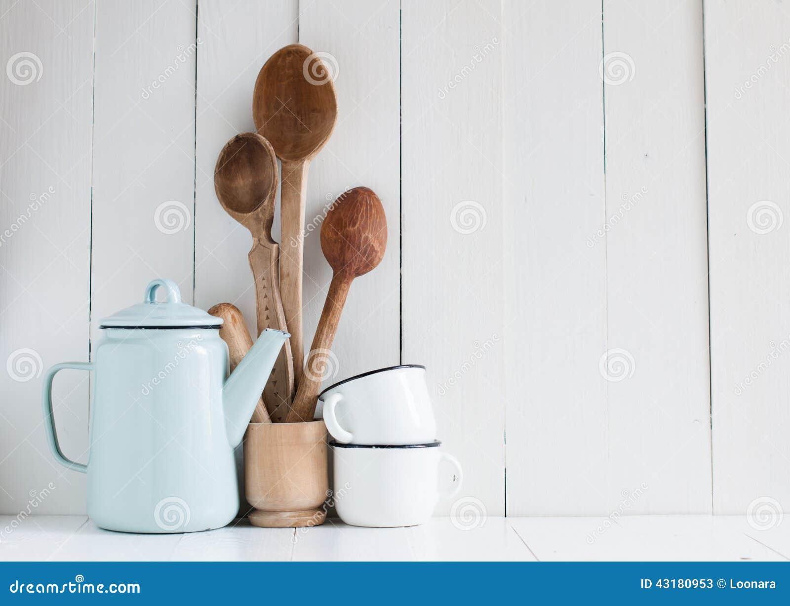 Kawowy garnek, emalia kubki i nieociosane łyżki,