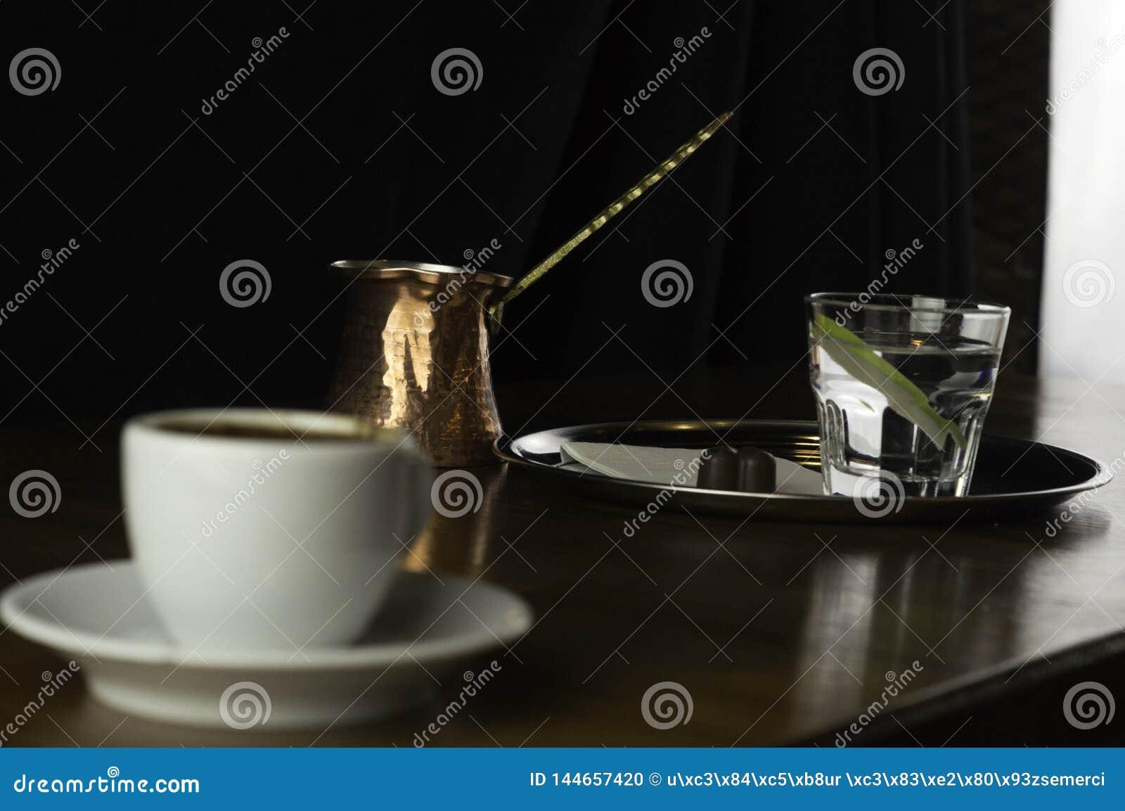 Kawowy garnek z czekoladą i filiżanka kawy