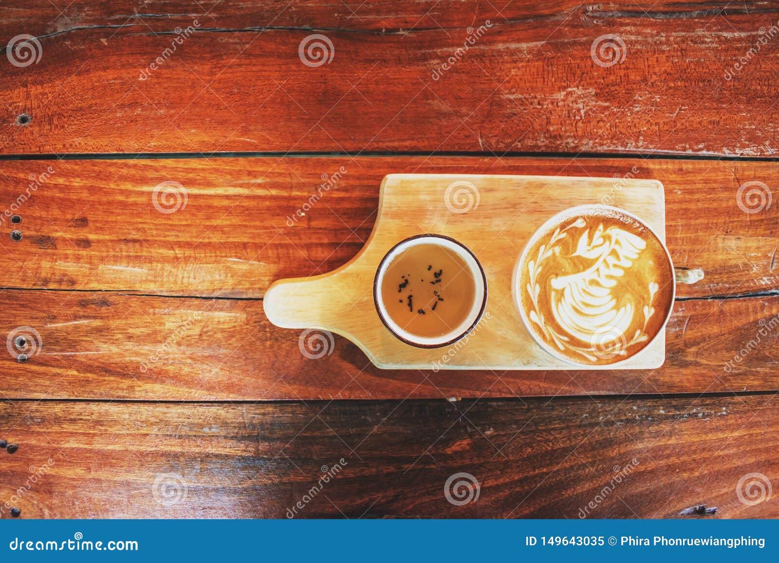 Kawowy latte sztuki łabędź na starym drewnianym stole sklep z kaw?, Tajlandia
