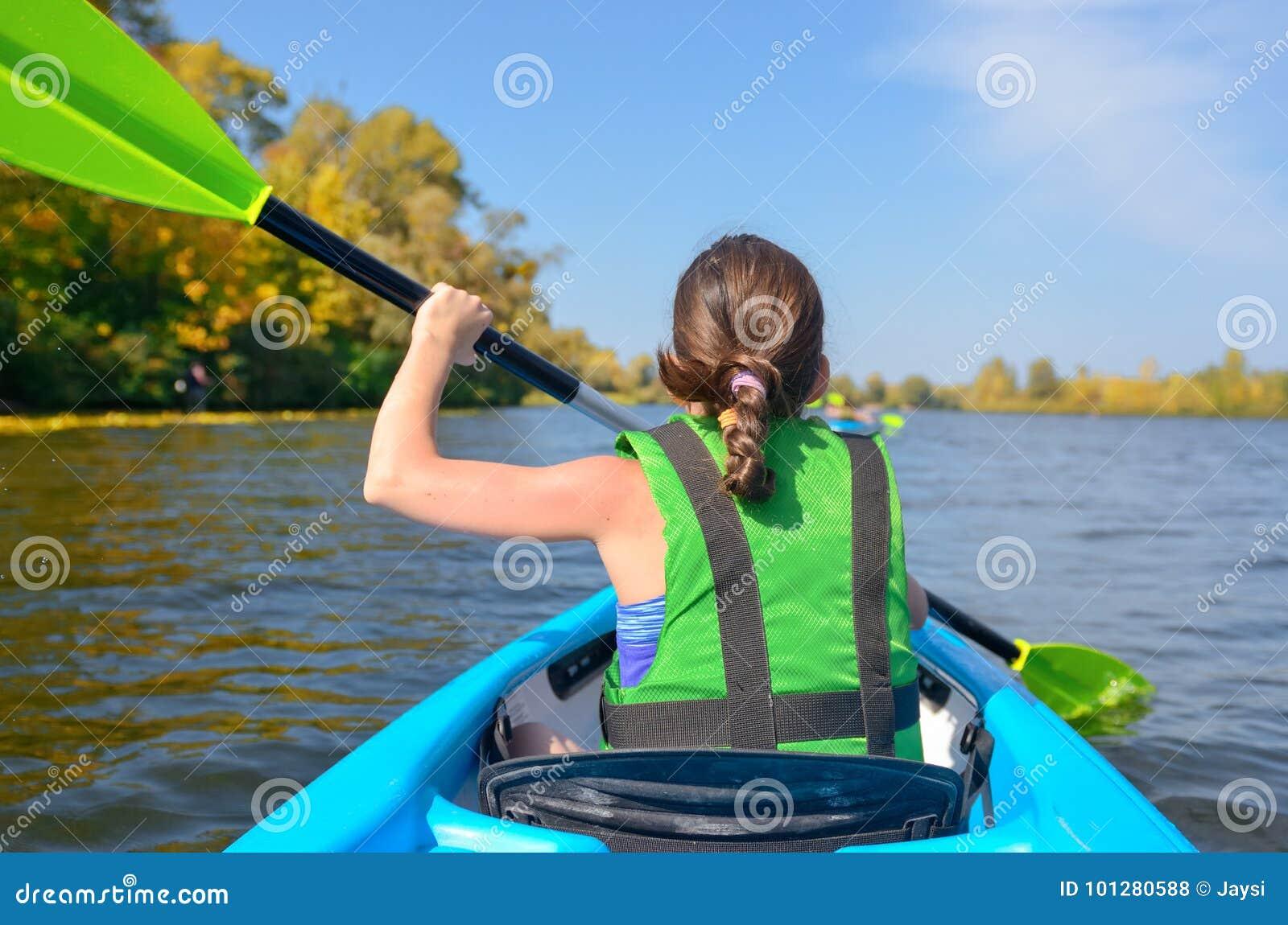 Kayak, bambino che remano in kajak durante il giro della canoa del fiume, bambino sul fine settimana attivo di autunno e vacanza