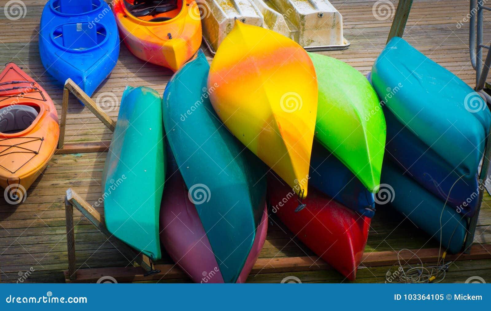 Kayak coloré empilé sur le dock