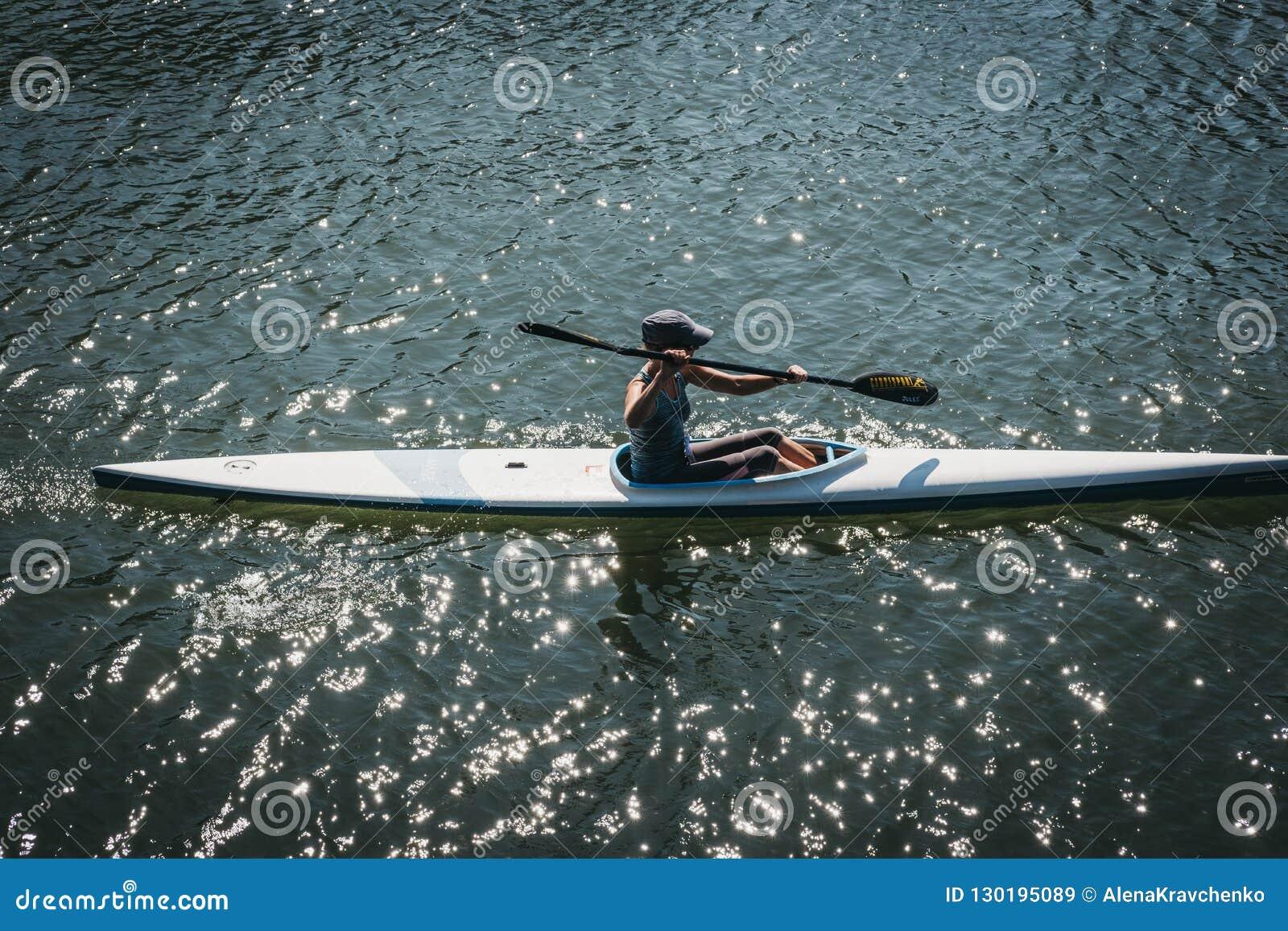 Kayak della donna sul Tamigi a Richmond, Londra, Regno Unito