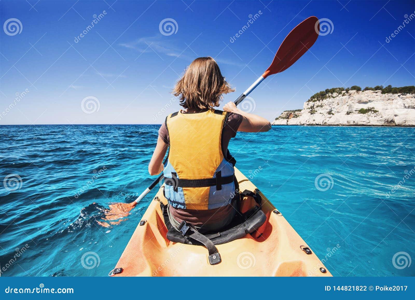 Kayak della giovane donna nel mare Stile di vita attivo e concetto di viaggio