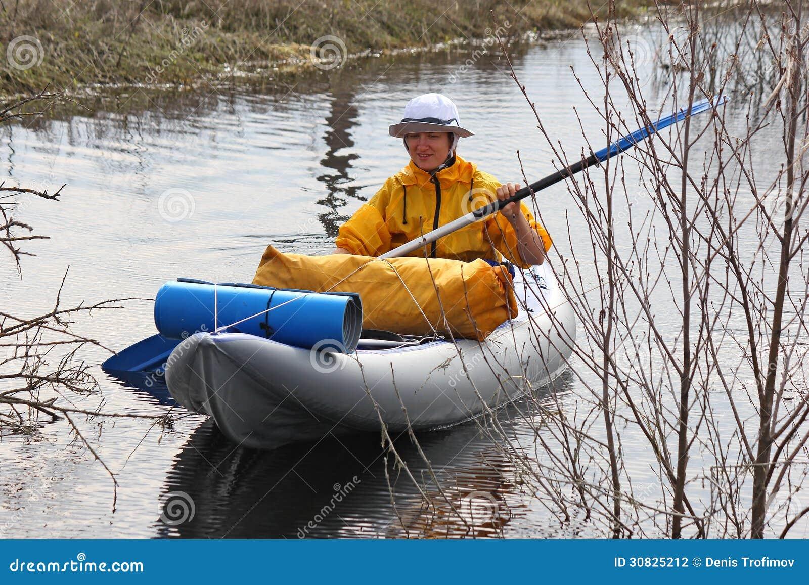 Kayak della ragazza fra i boschetti