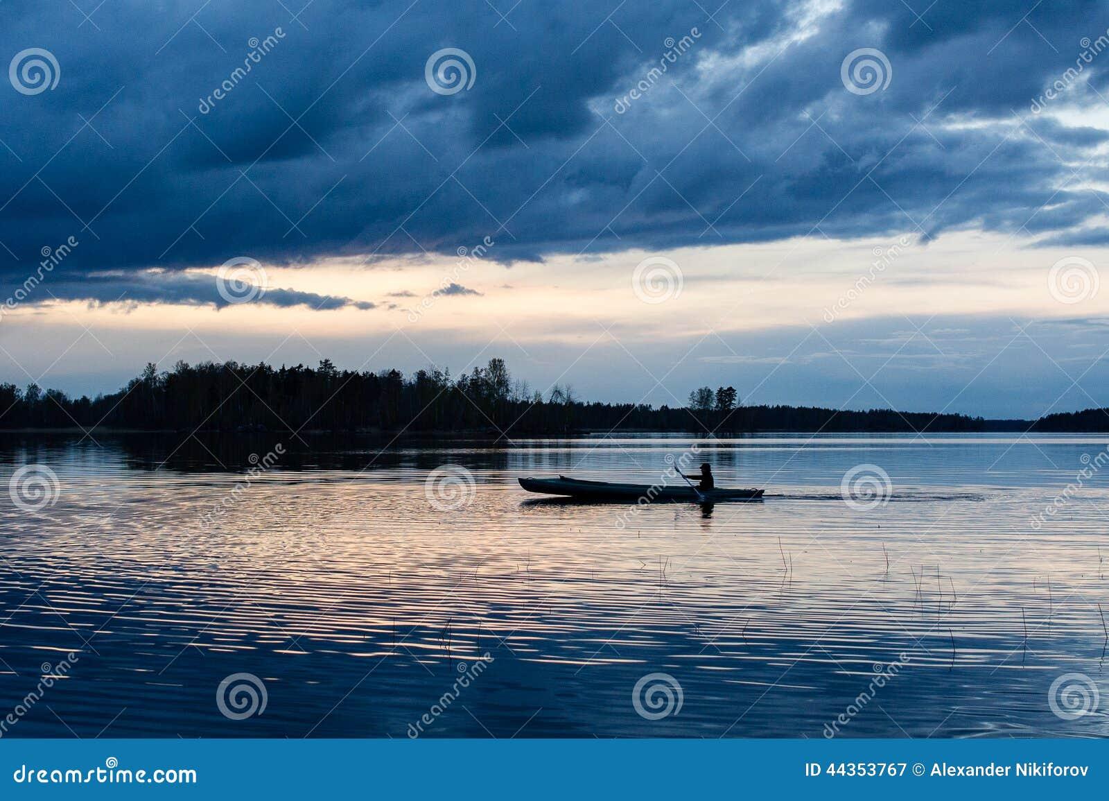 Kayak di tramonto nel lago