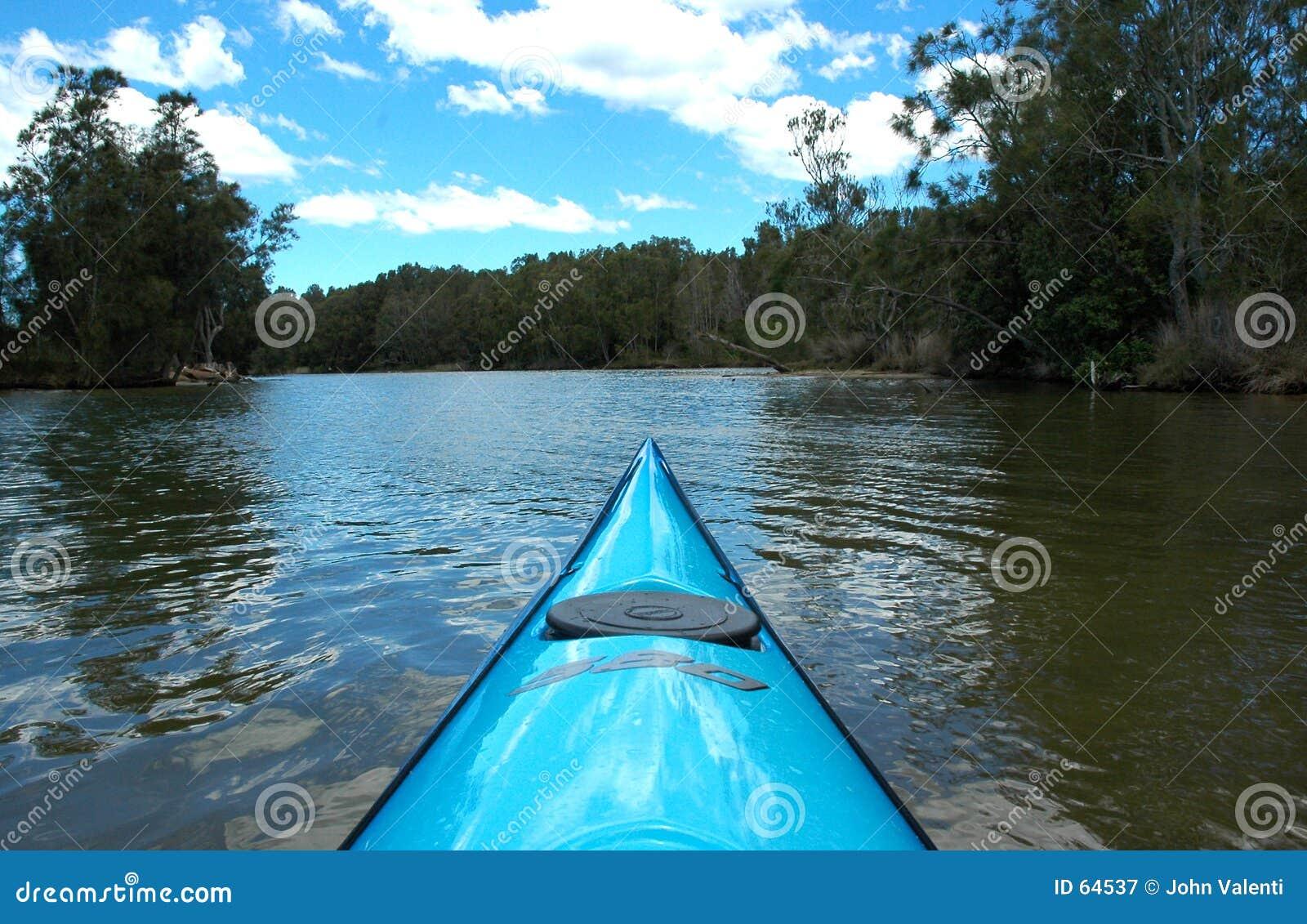 Download Kayak en amont image stock. Image du rivage, fleuve, canoë - 64537