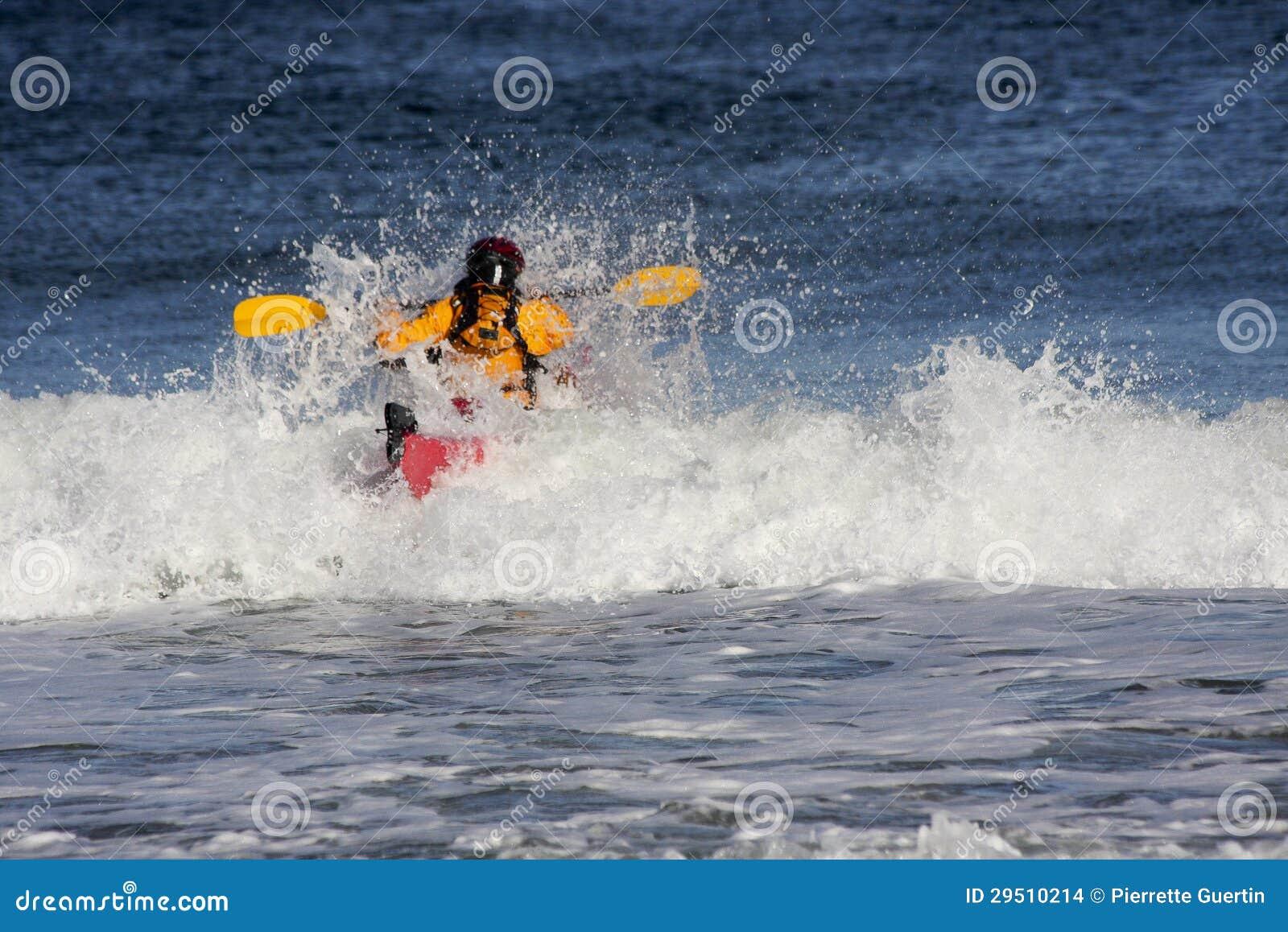 Kayaker op de kam van een golf