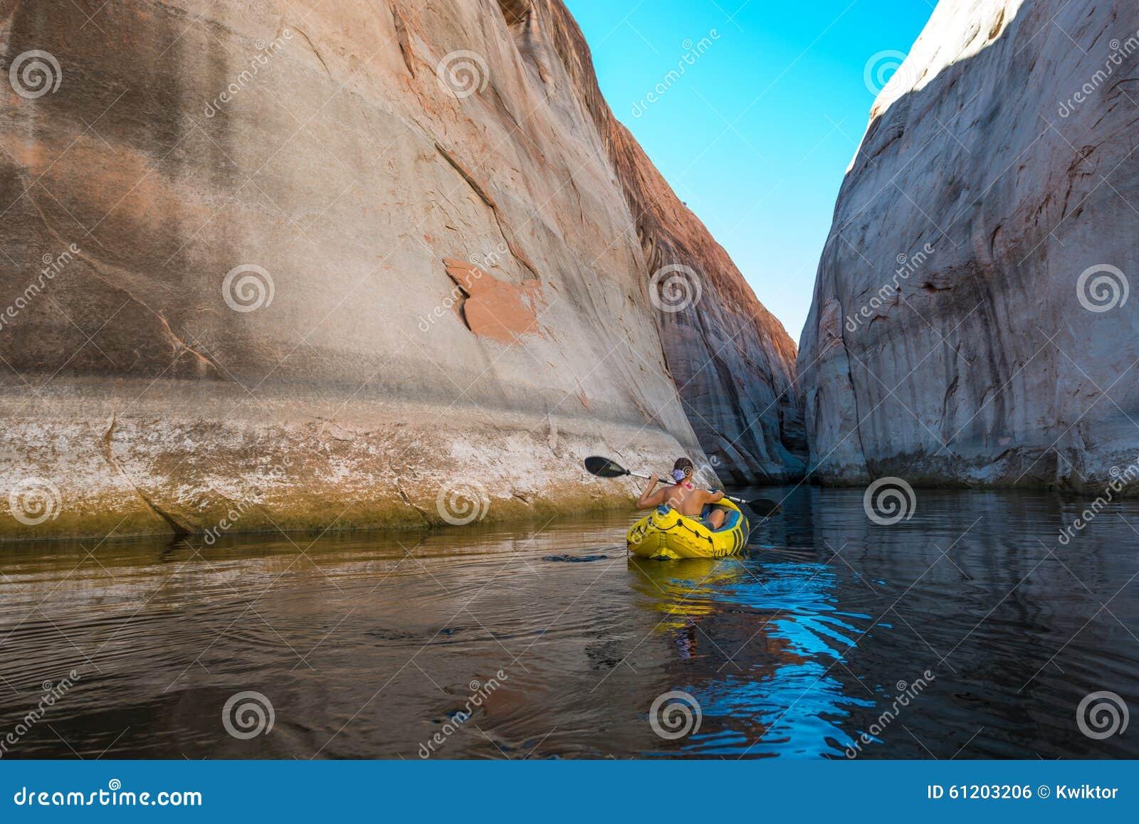 Kayaker que rema as águas calmas do lago Powell Utah