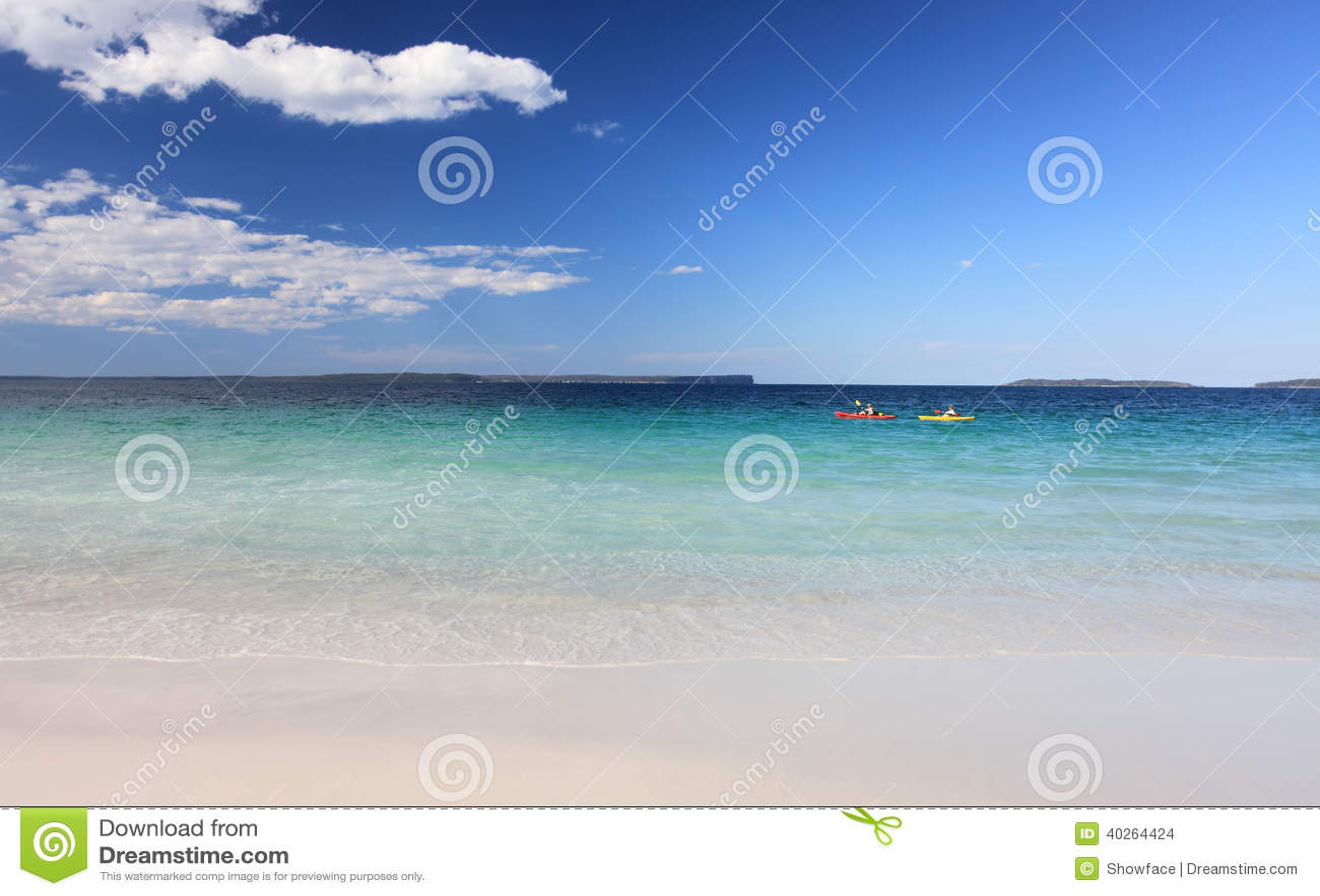 Kayakers cieszą się kryształ - jasnego nawadnia australijczyk plażę