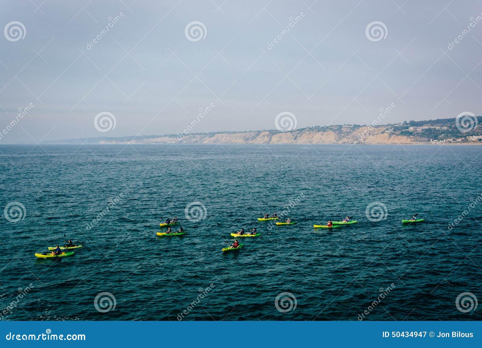 Kayakers nell oceano Pacifico, visto da La Jolla, California