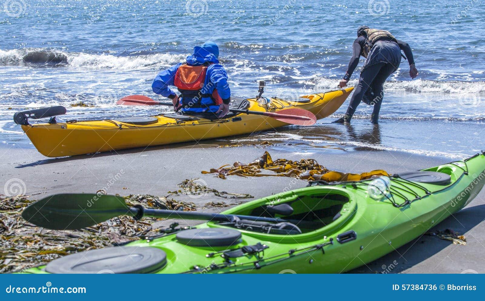 Kayakers op zandkust van Vreedzame oceaan