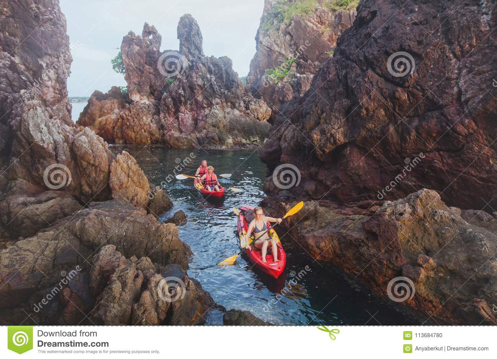 Kayaking, curso da aventura, grupo de pessoas em caiaque