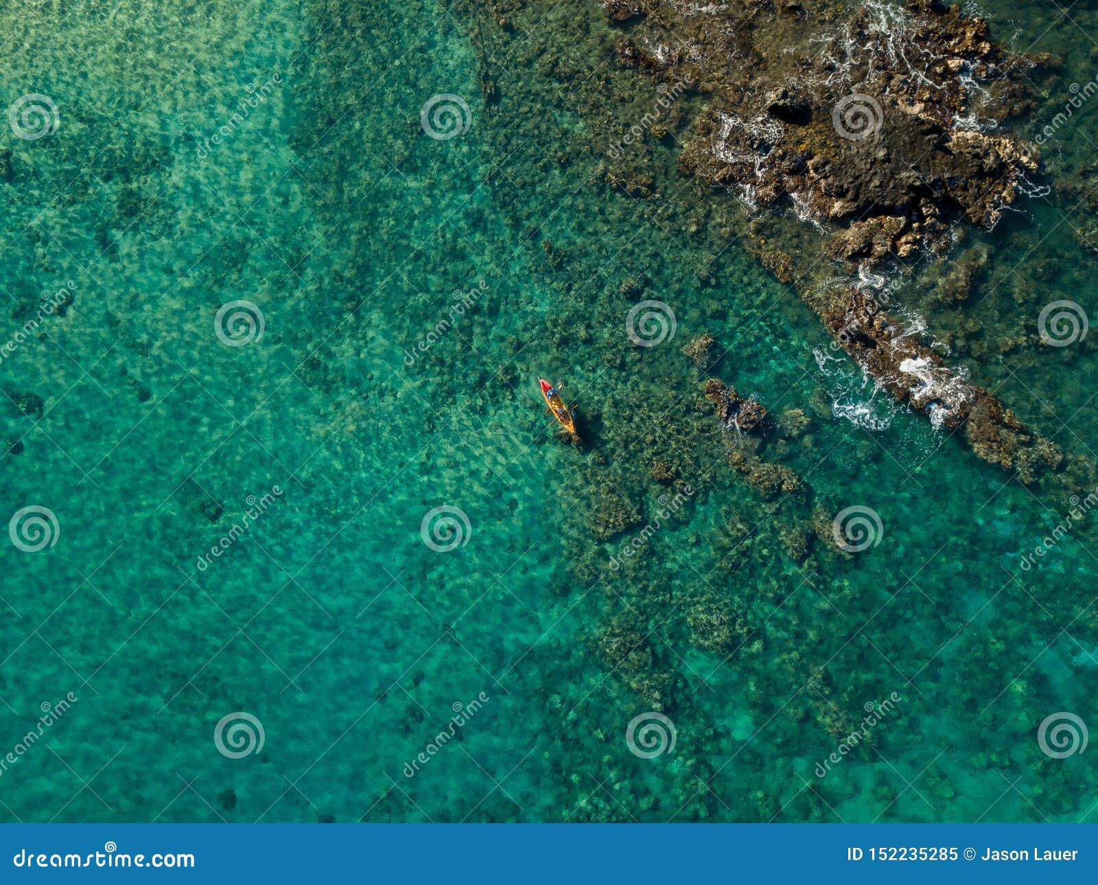 Kayaking in het mooie wintertalings oceaanwater