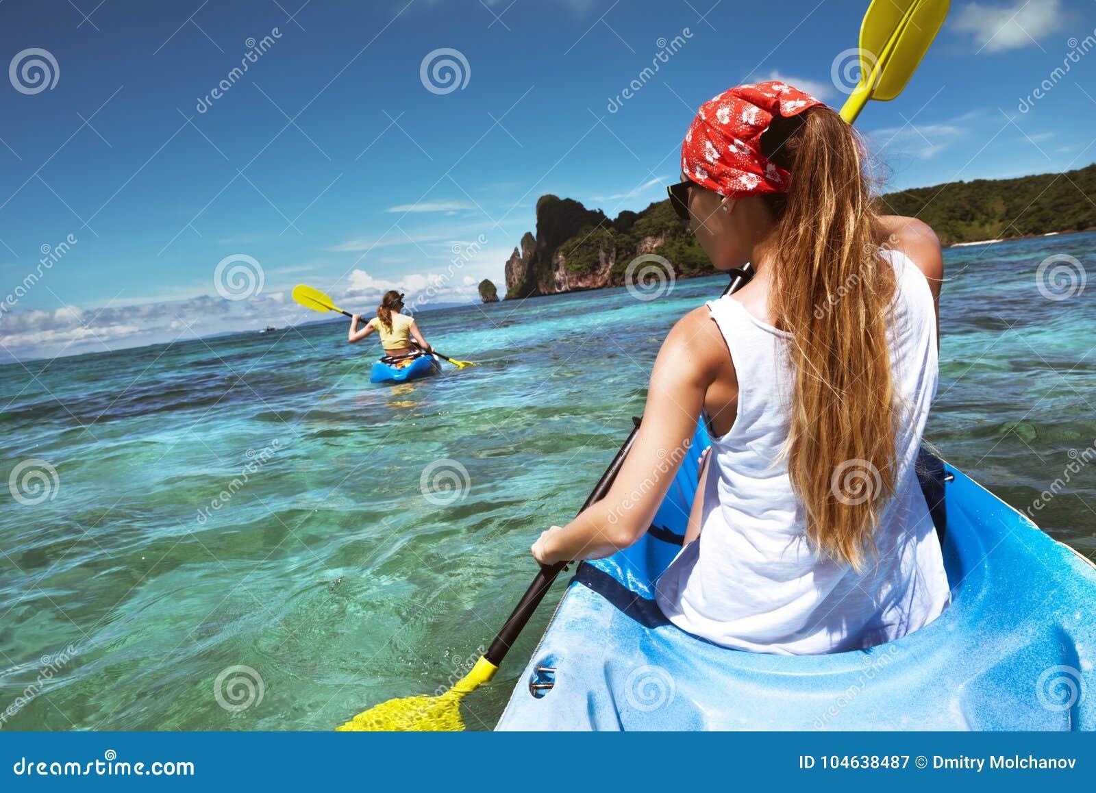 Download Kayakingsreis In Phi-Phi Don Krabi Met Twee Dames Stock Afbeelding - Afbeelding bestaande uit levensstijl, actief: 104638487