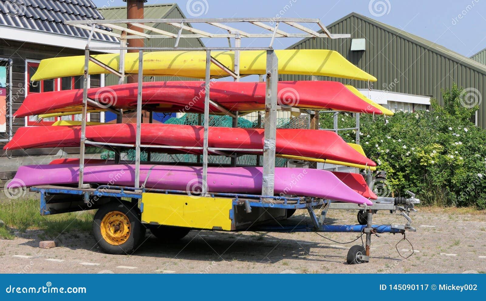 Kayaks de mer sur une remorque