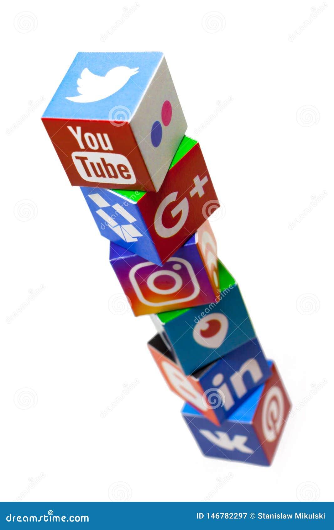 KAZÁN, RUSIA - 20 de diciembre de 2017: Cubos de papel con los logotipos sociales populares de los medios